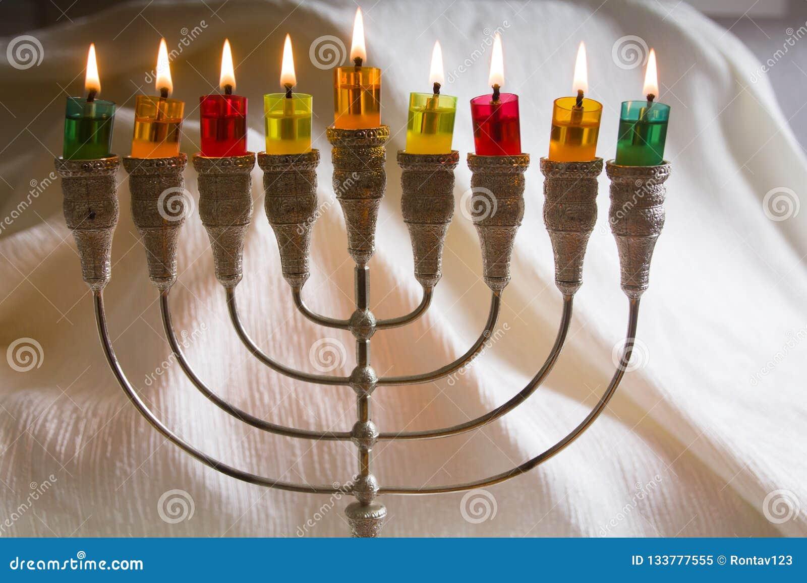Żydowski wakacyjny Hanukkah symbol Menorah tradycyjni kandelabry - płonące świeczki i