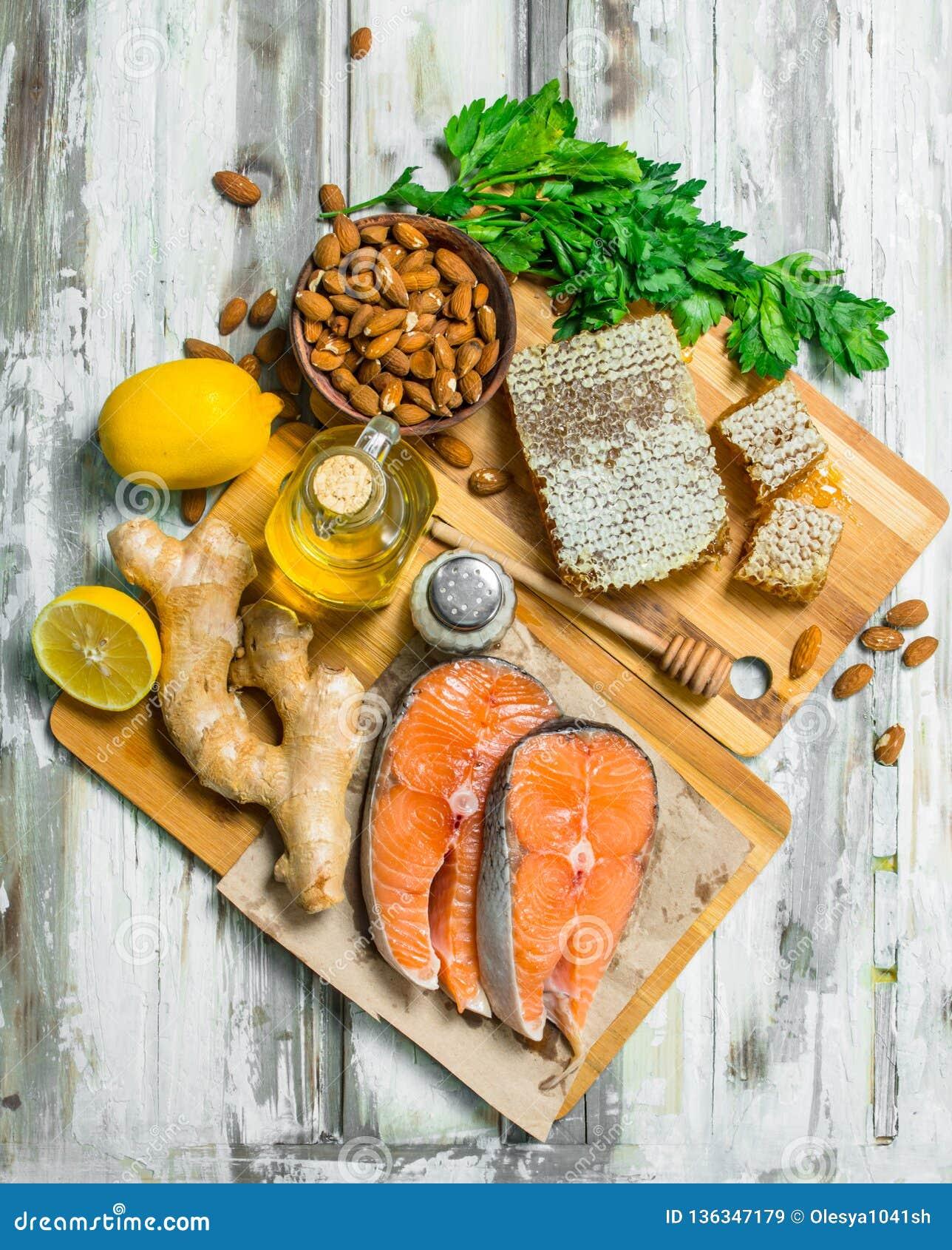 Żywność organiczna Łososiowi stki z miodem, dokrętkami i imbirem,