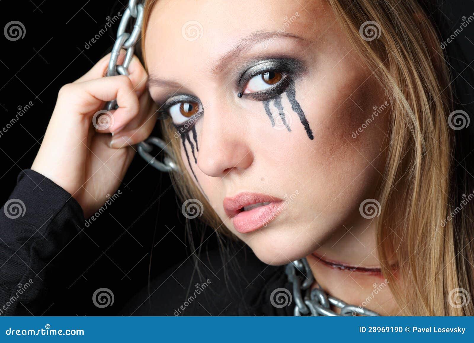 Żywy trup dziewczyna z czerni łzami i rżniętym gardłem wiesza na łańcuchu