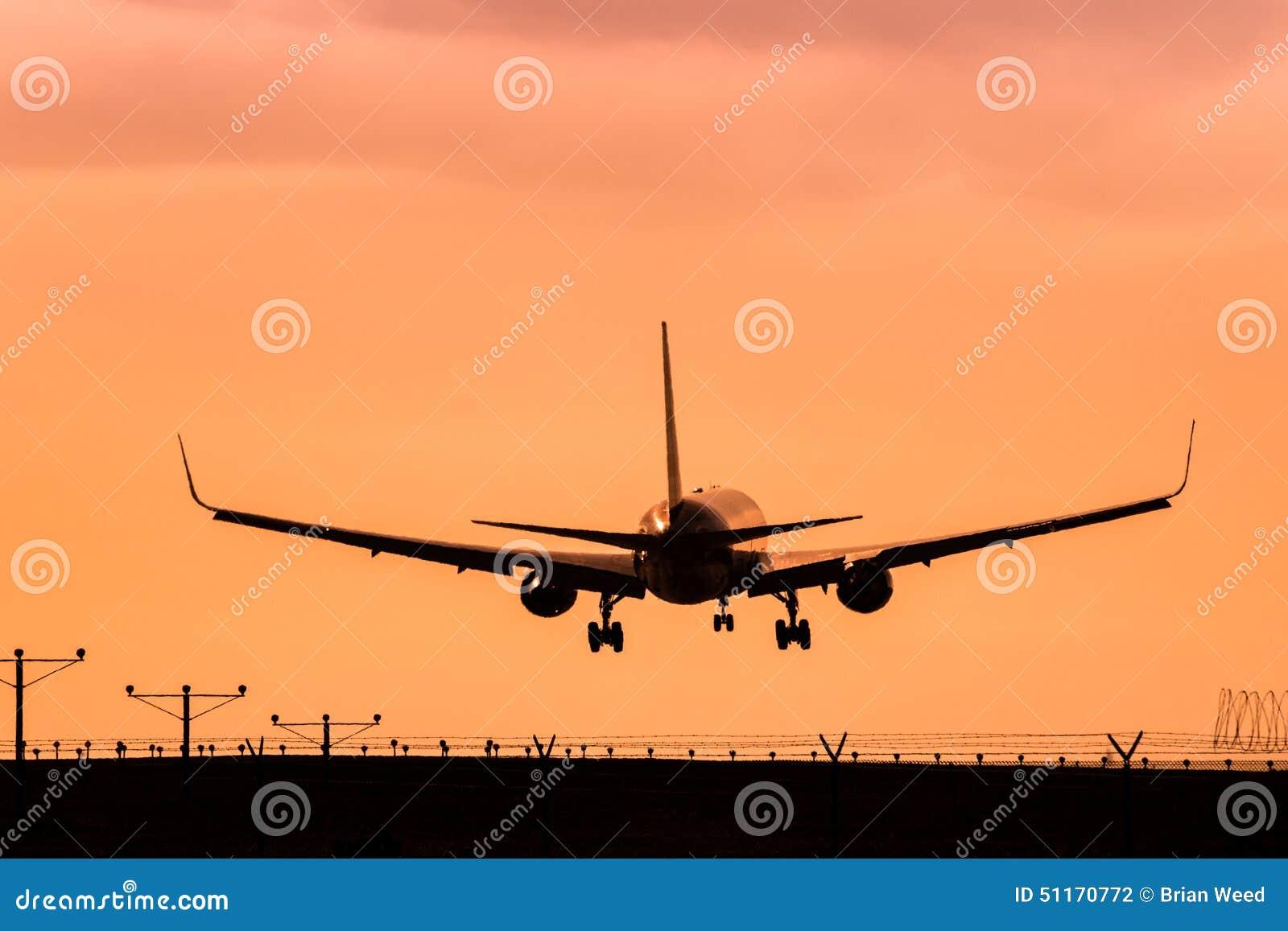 喷气机在日落的飞机着陆