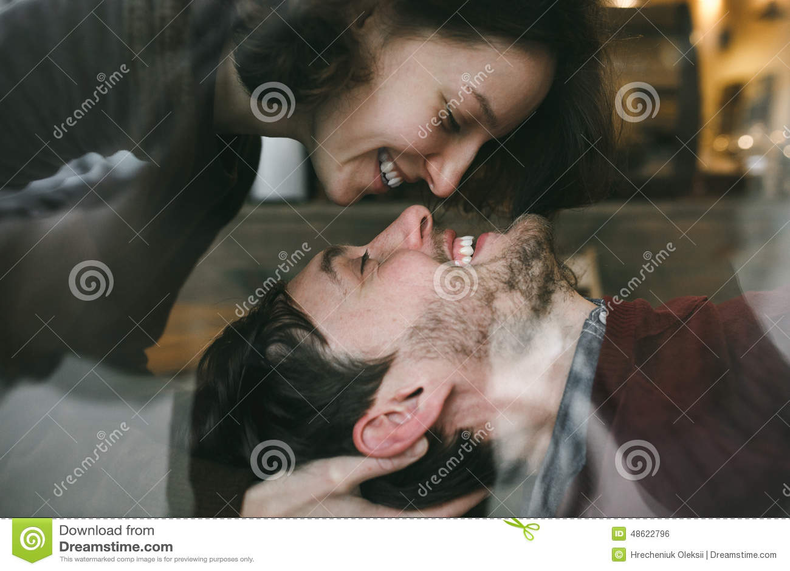 葡萄酒夫妇 女孩从上面亲吻她的男朋友 咖啡sho图片