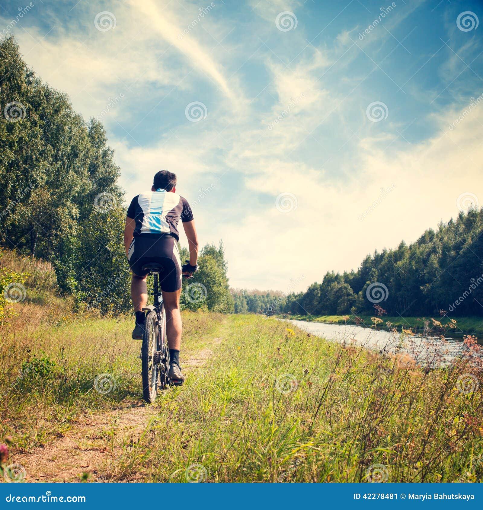 骑自行车的人在自然背景