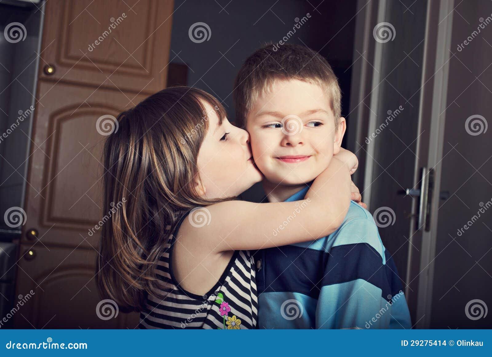 亲吻男孩的可爱的小女孩