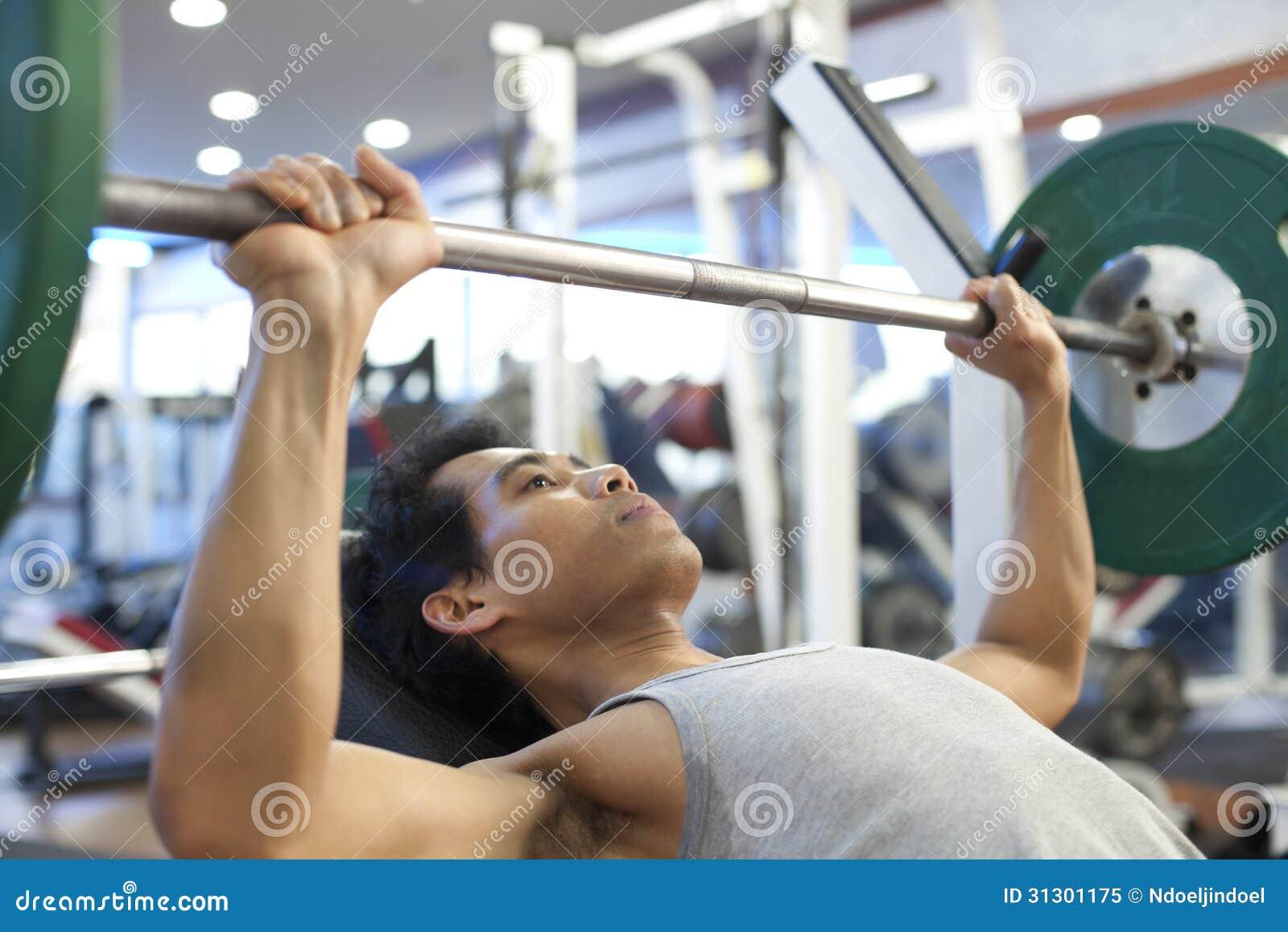 人健身房锻炼 免版税库存照片