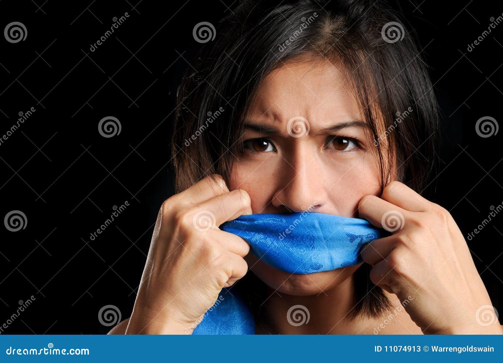 女孩堵嘴与蓝色围巾