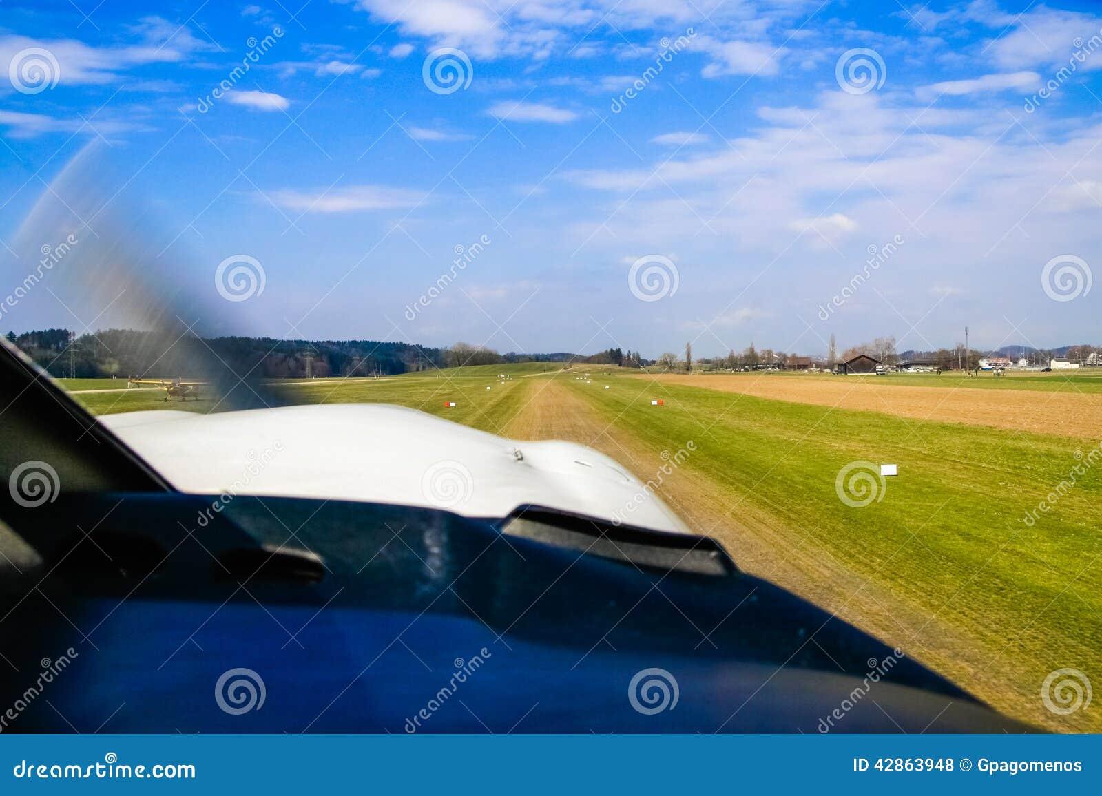 收税从飞机驾驶舱舱窗观看的起飞的