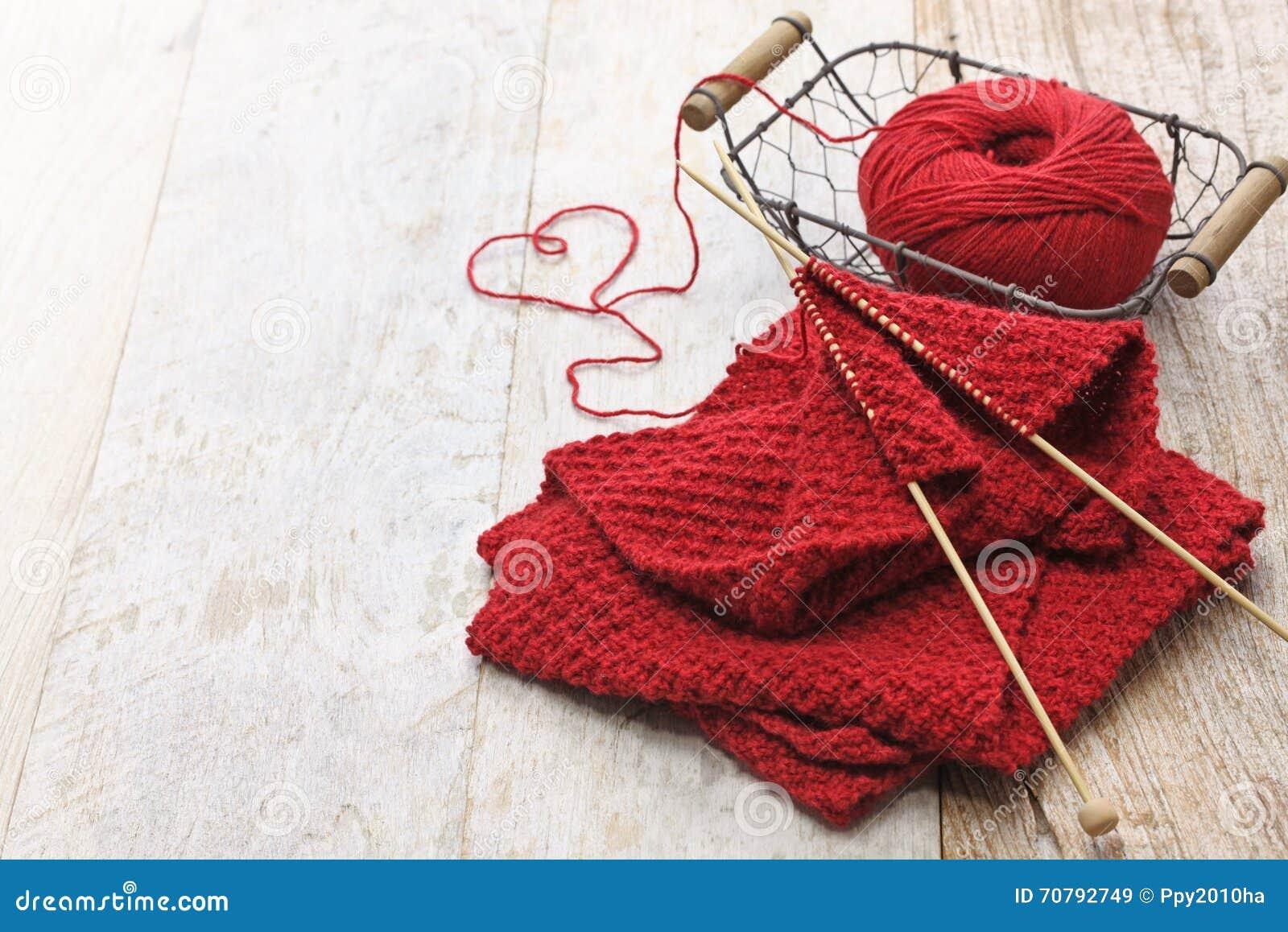 手工编织的红色围巾和心形的螺纹图片