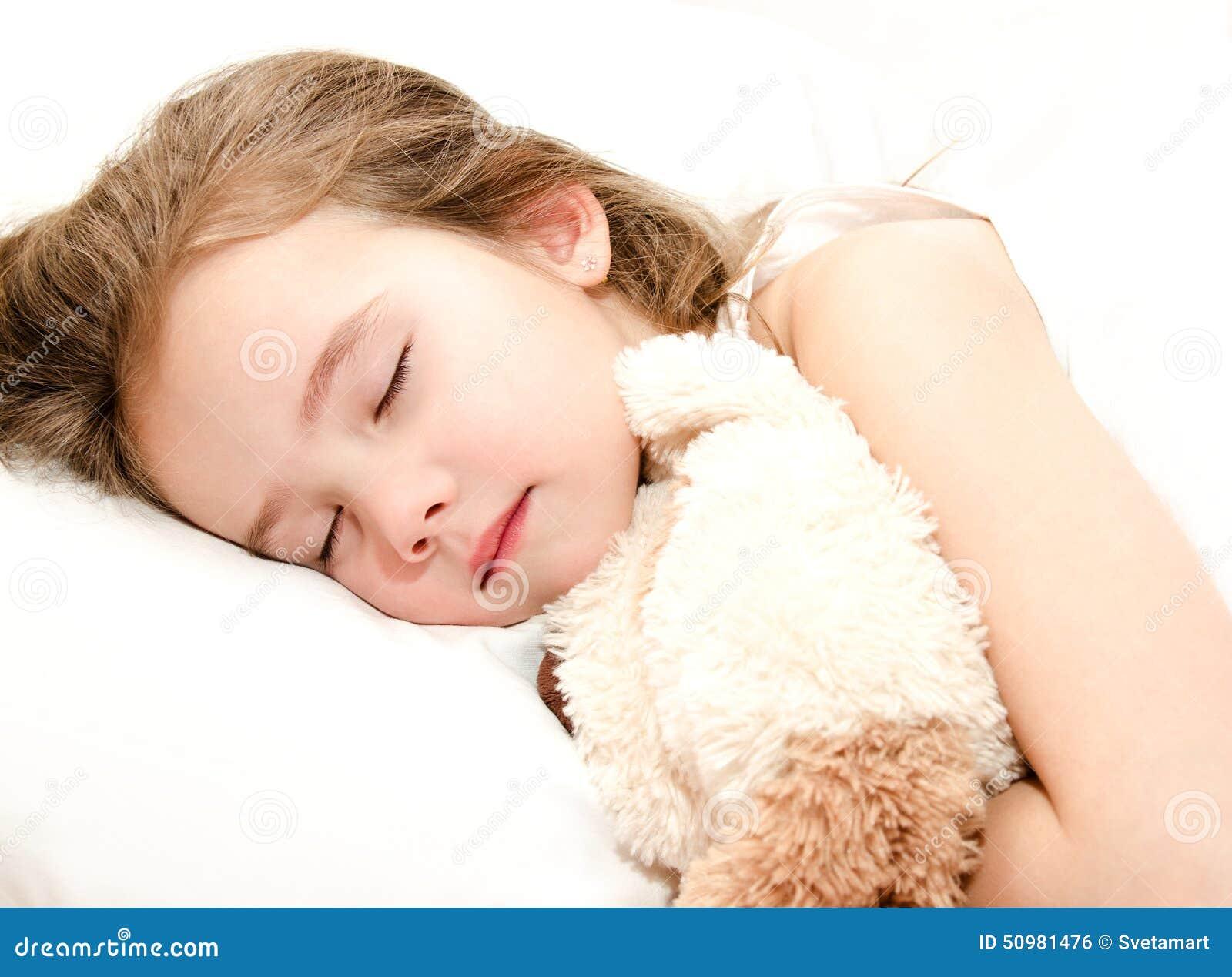 睡觉与玩具的可爱的小女孩
