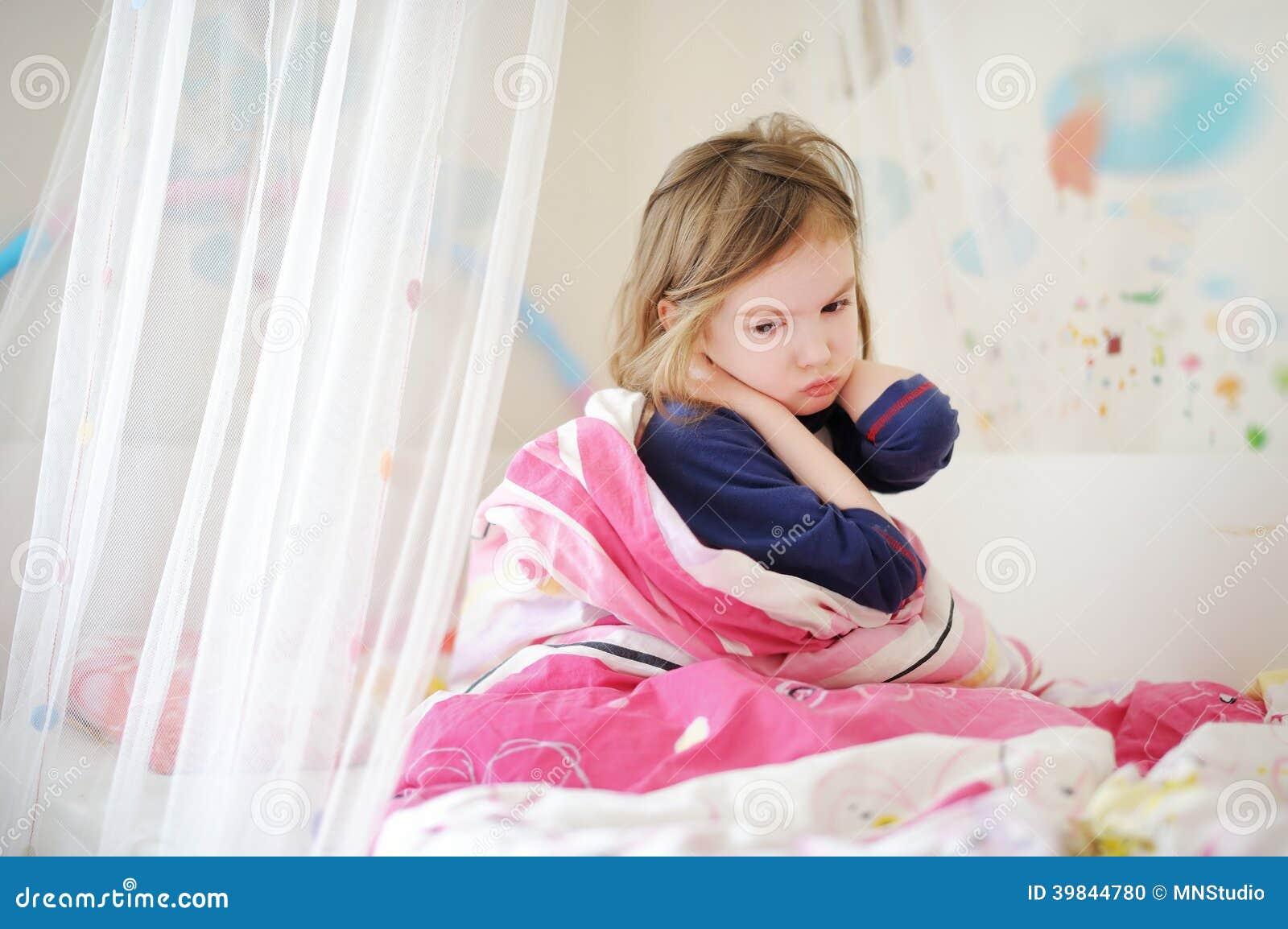 睡衣的小学龄前儿童女孩在早晨