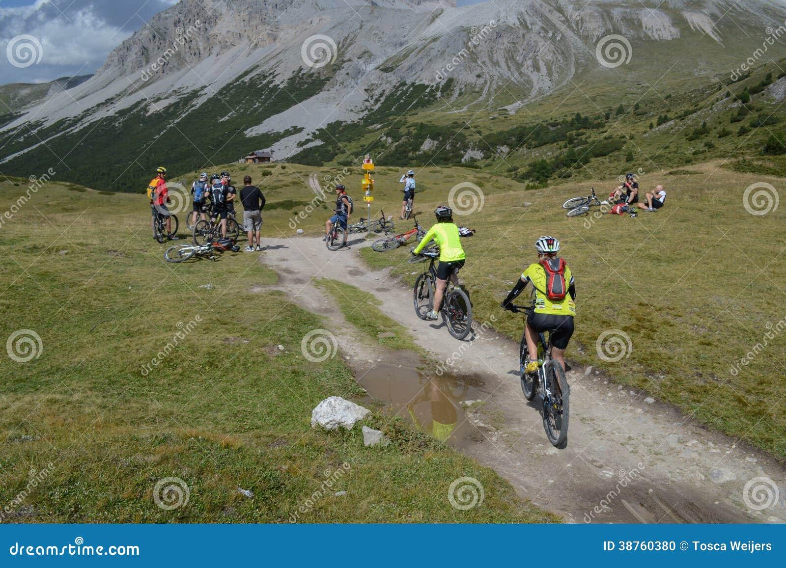虽则乘坐瑞士山区的山骑自行车的人