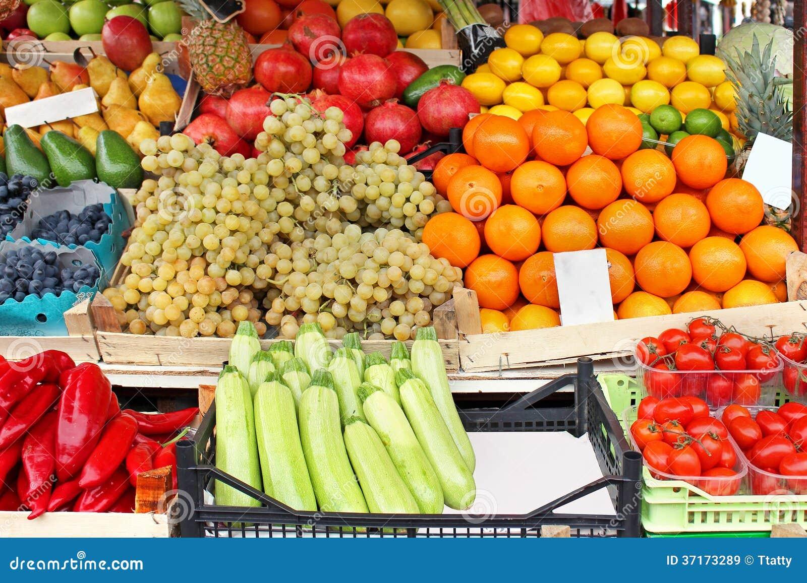 市场摊位用新鲜的水果和蔬菜