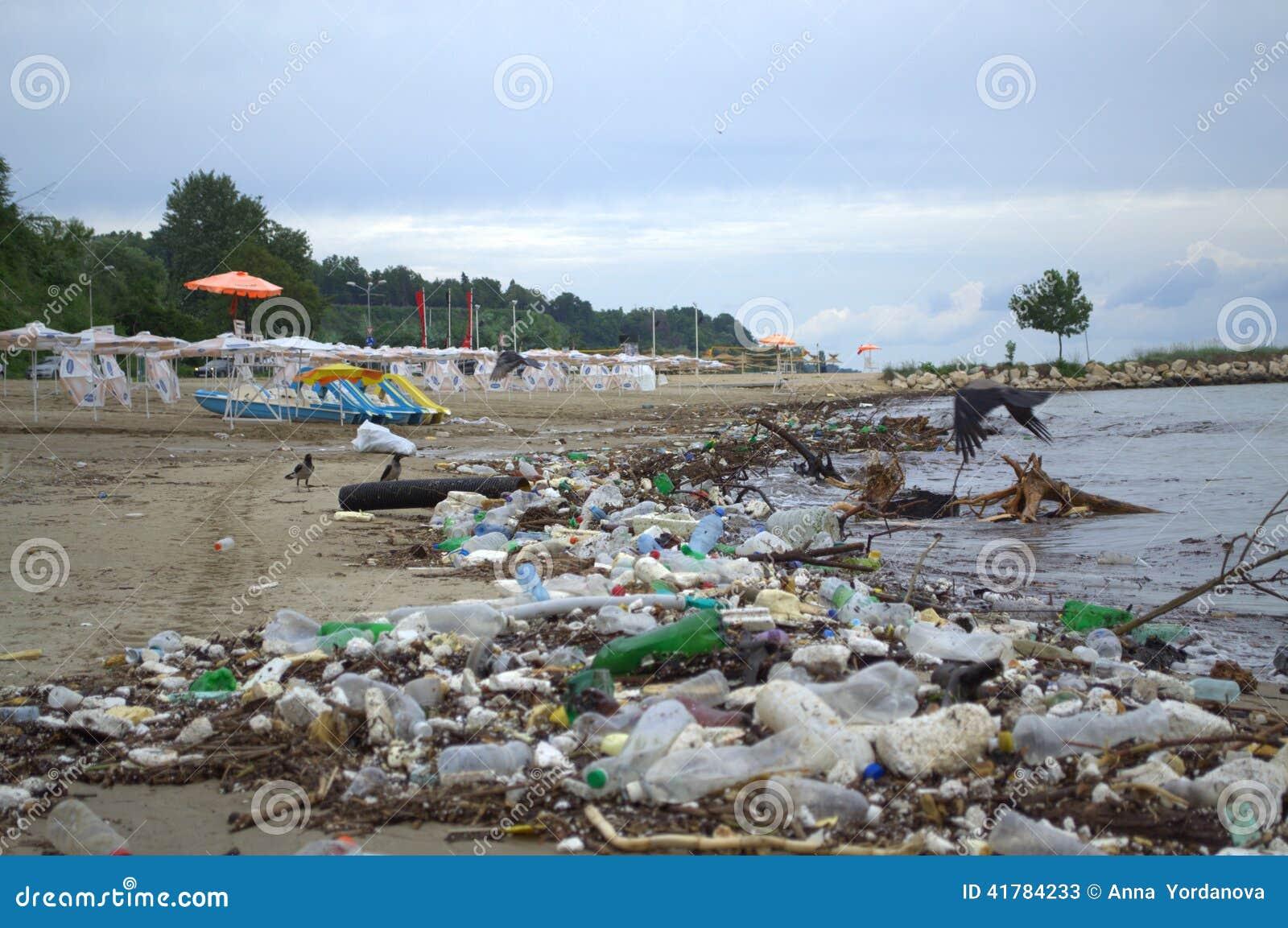 瓦尔纳在洪水以后的海滩污染
