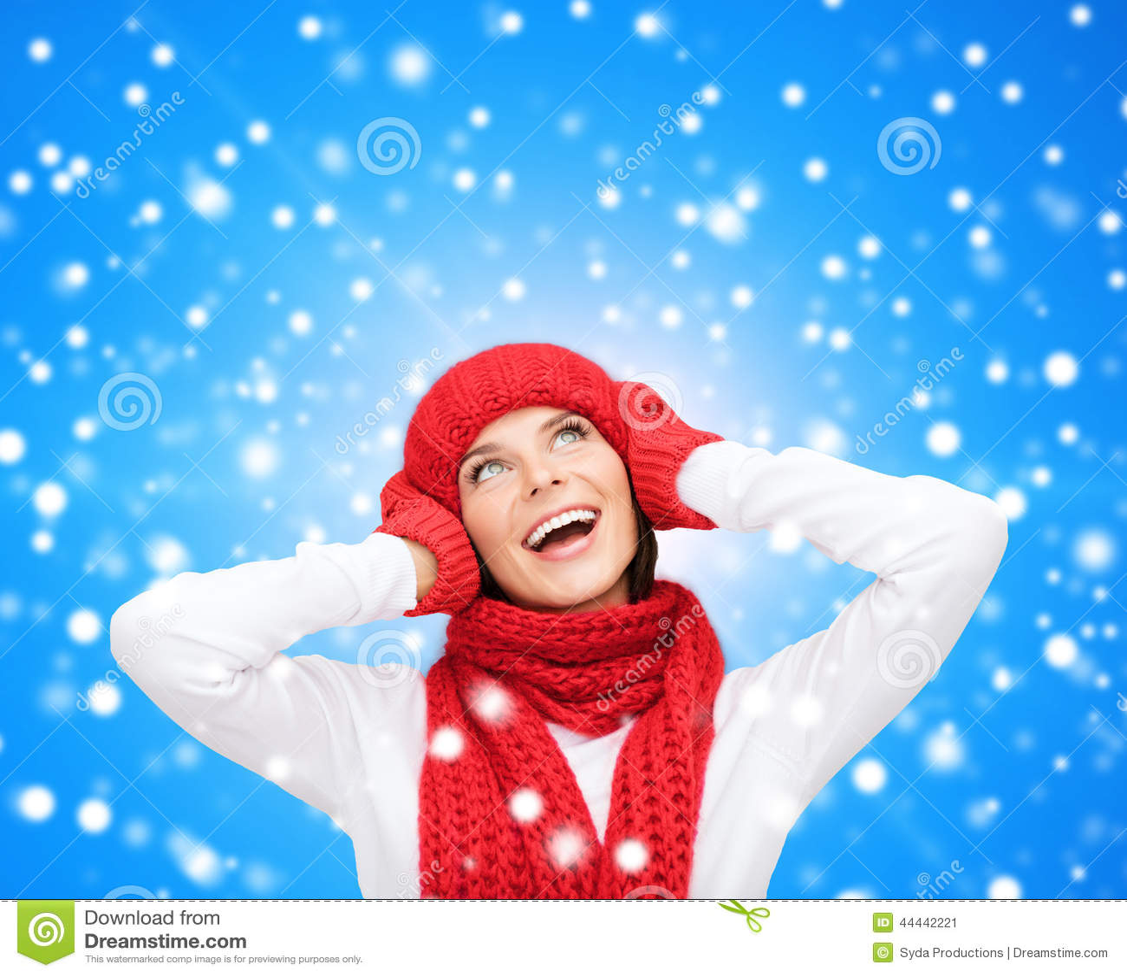 给微笑的冬天妇女年轻人穿衣图片