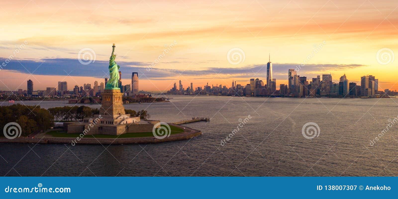 Άγαλμα ελευθερίας στην πόλη της Νέας Υόρκης