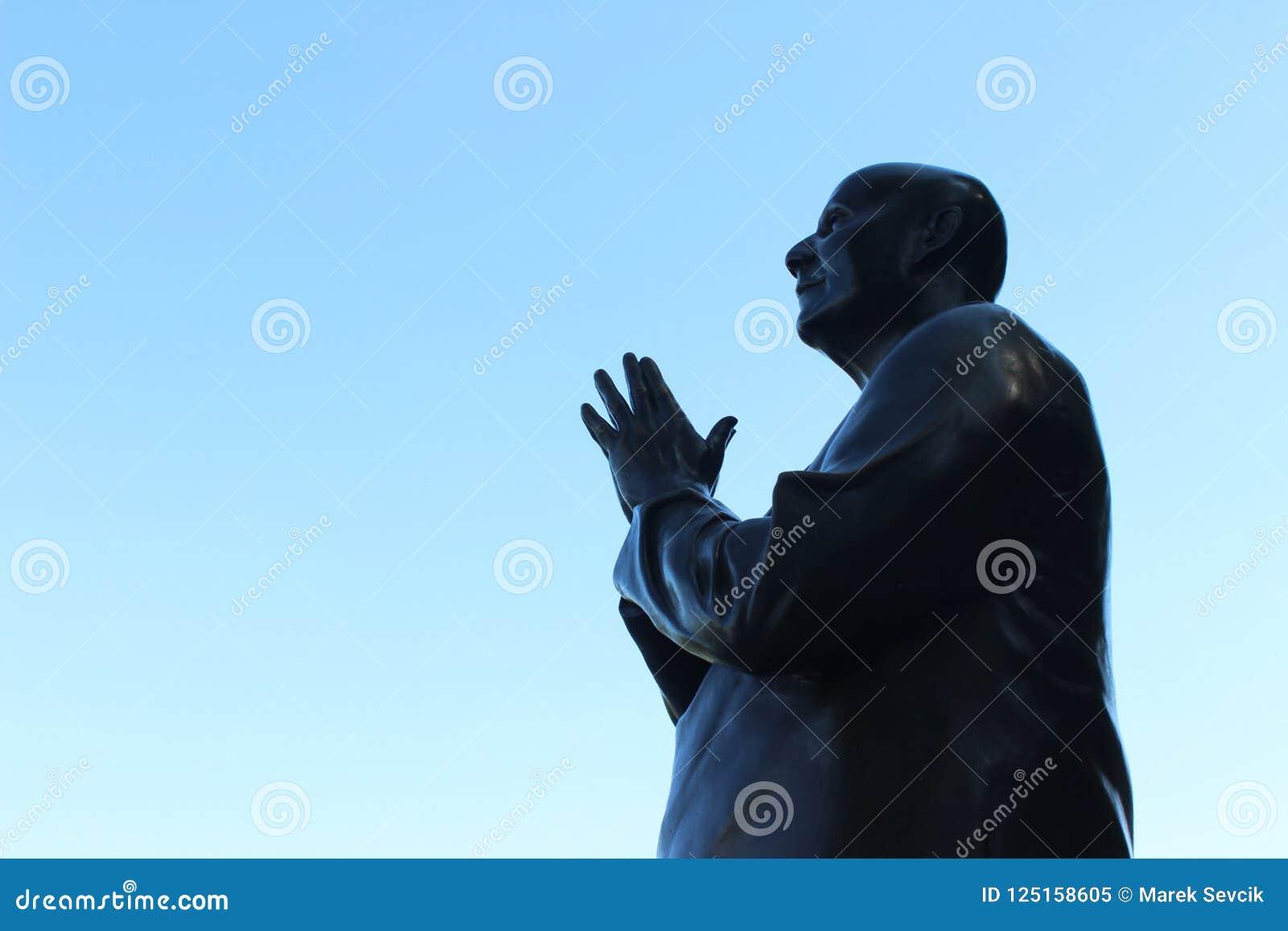 Άγαλμα και μπλε ουρανός μετάλλων επίκλησης