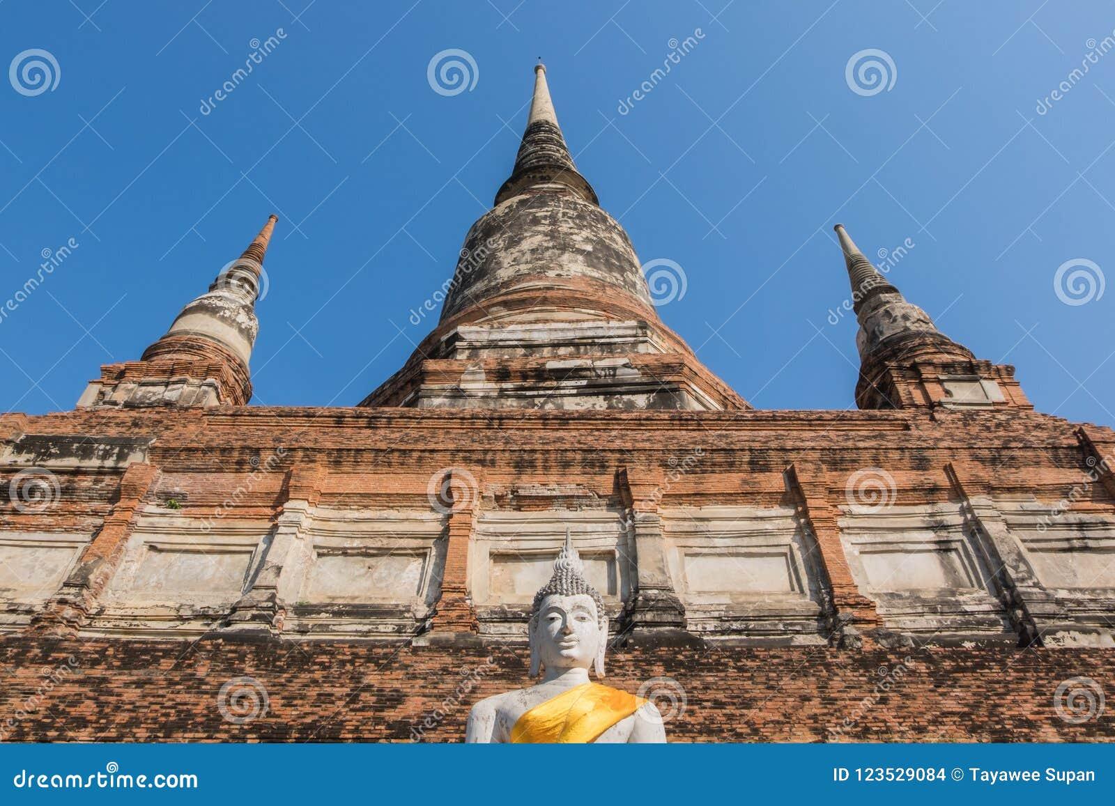 Άγαλμα και παγόδα του Βούδα σε Wat Yai Chai Mongkhon, το historica