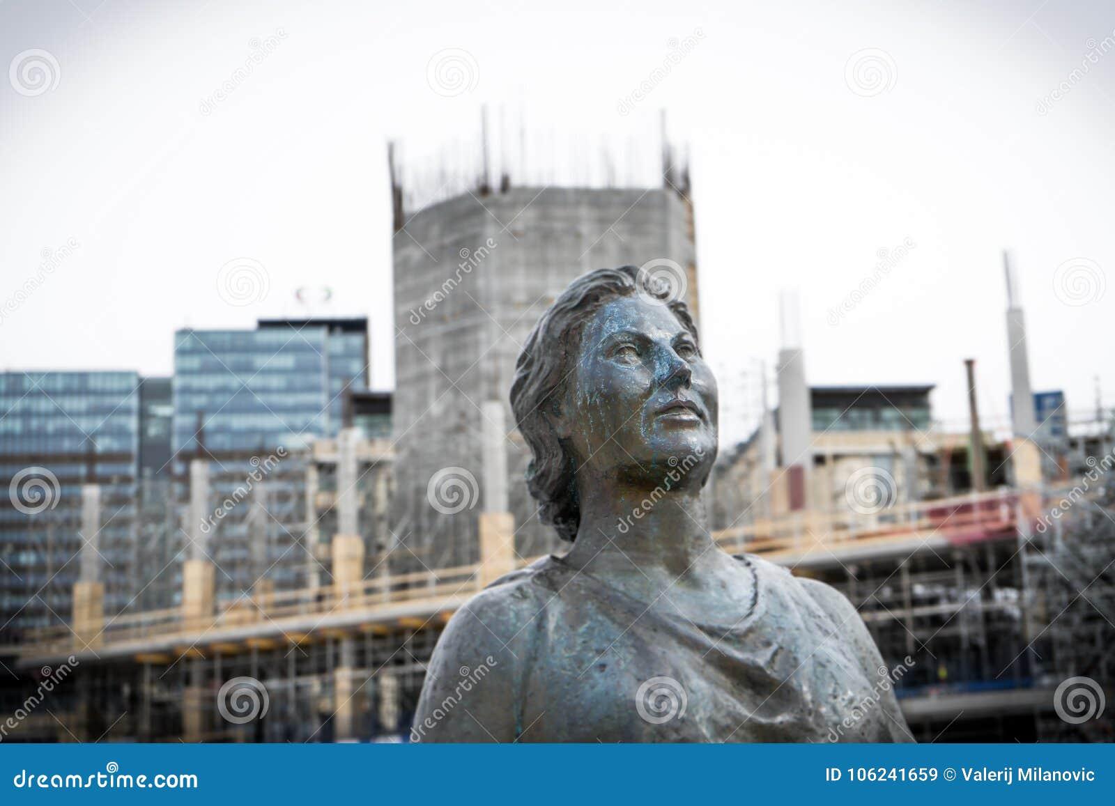 Άγαλμα μιας ισχυρής γυναίκας με το εργοτάξιο οικοδομής στο υπόβαθρο στο Όσλο