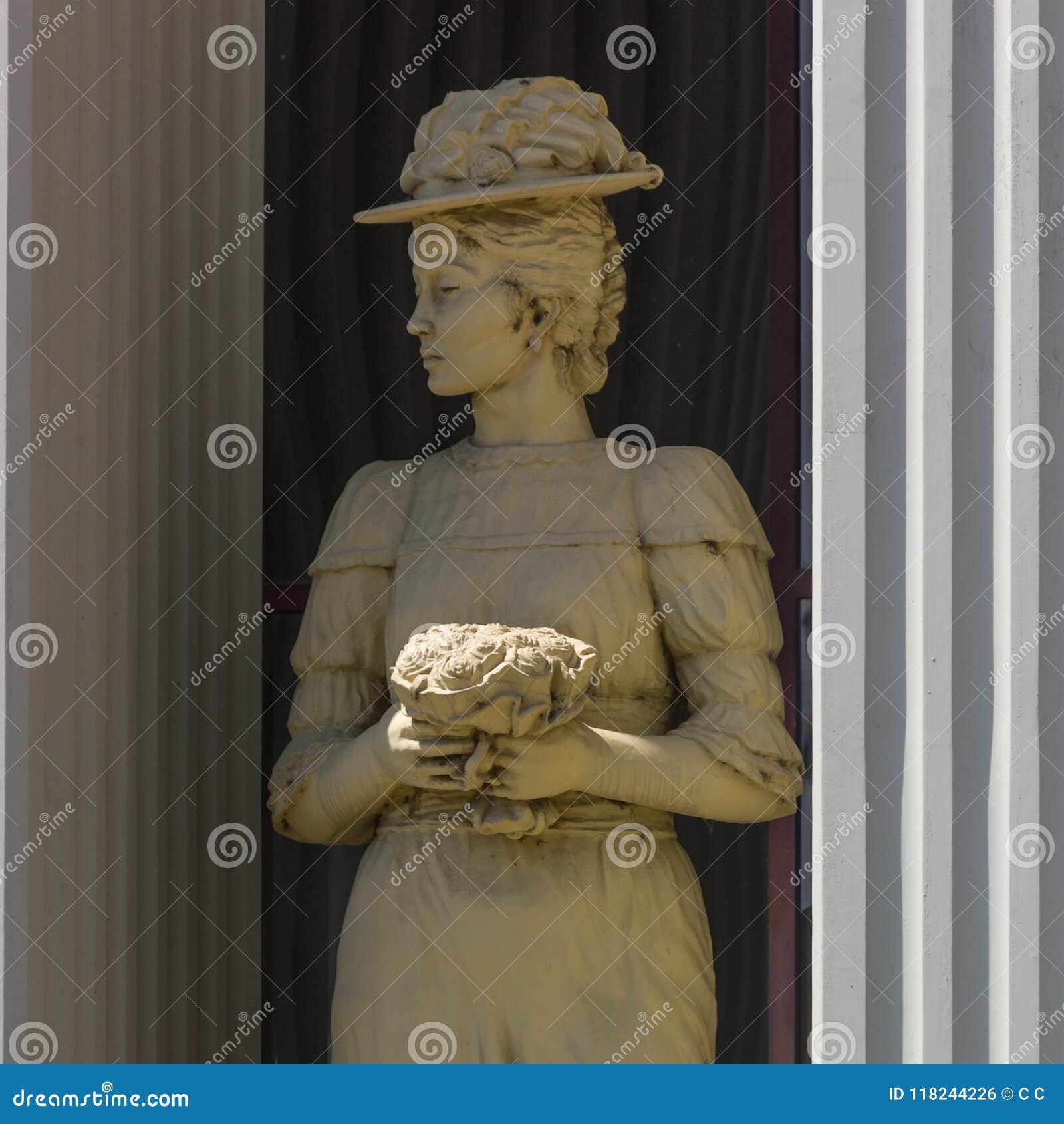 Άγαλμα της γυναίκας έξω από το Υπουργείο Εξωτερικών στα Σκόπια