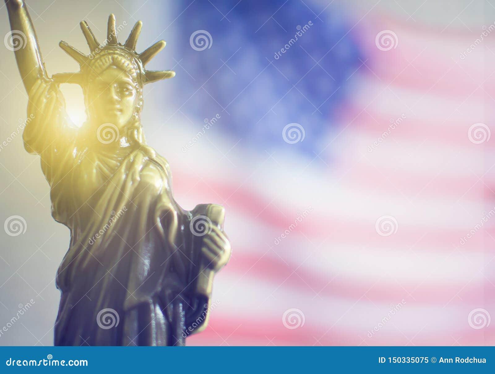 Άγαλμα της ελευθερίας με το φως πίσω