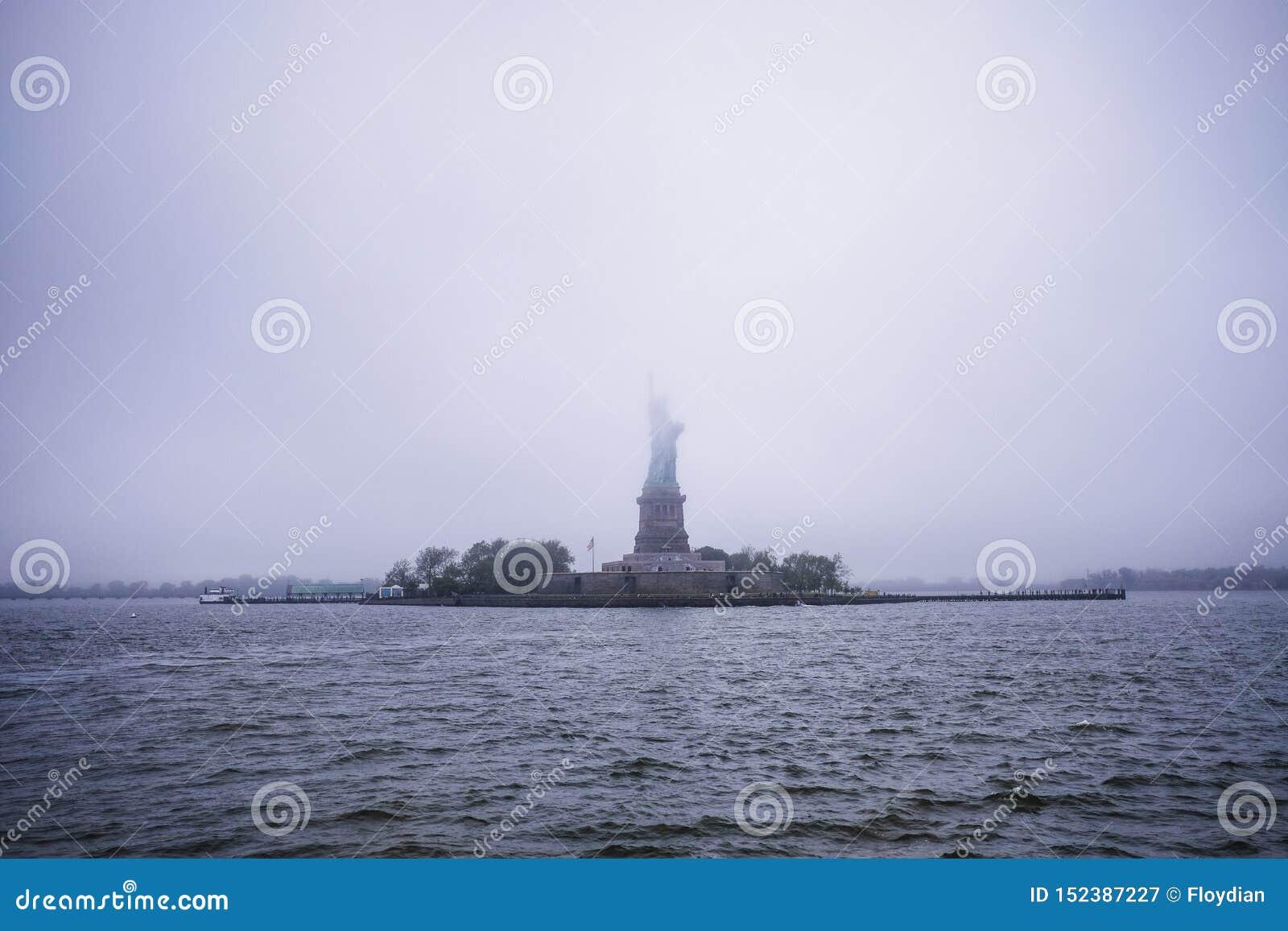Άγαλμα της ελευθερίας στην ομίχλη