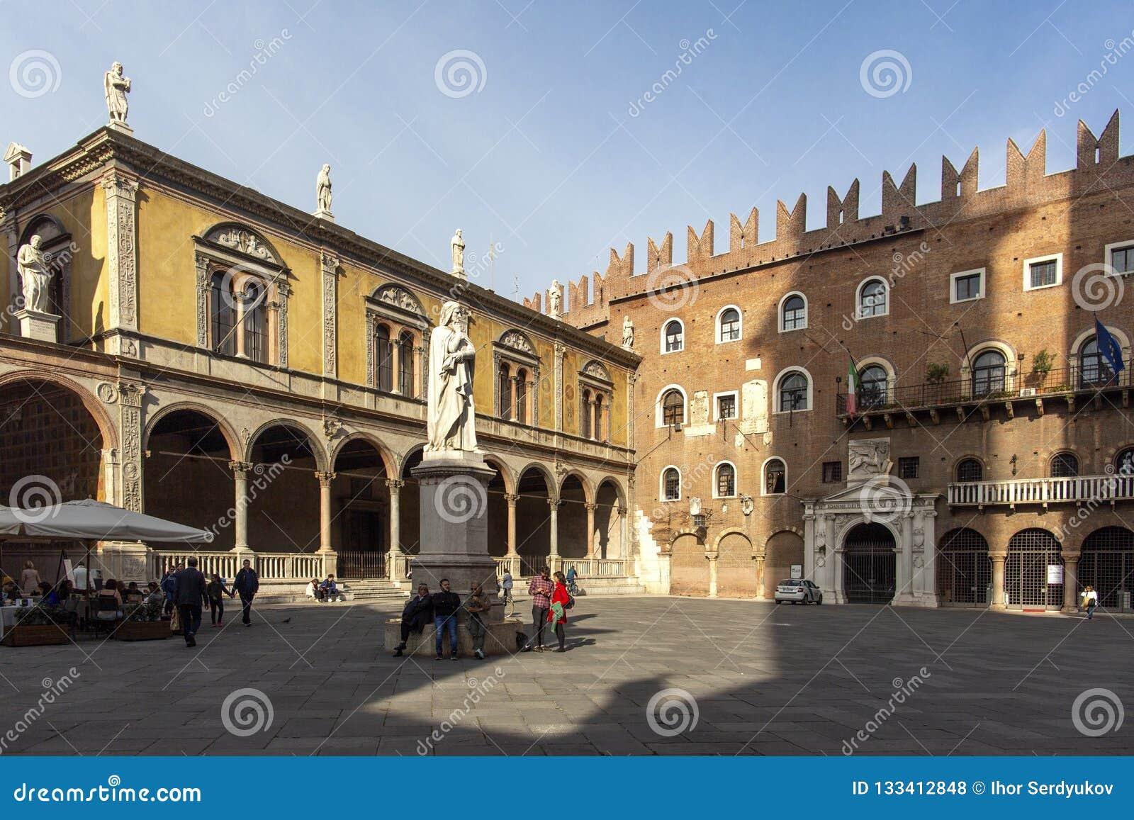 Άγαλμα του Dante Alighieri στο dei Signori, Βερόνα, Ιταλία-23 ottobre 2018 πλατειών Όμορφα αγάλματα του Dante στη μέση της Βερόνα