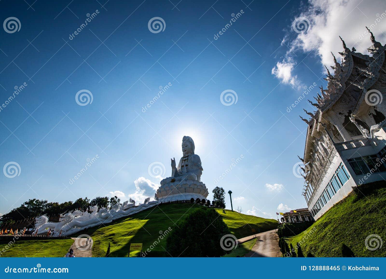 Άγαλμα Yin Guan με την ταϊλανδική εκκλησία ύφους στο ναό Hyuaplakang