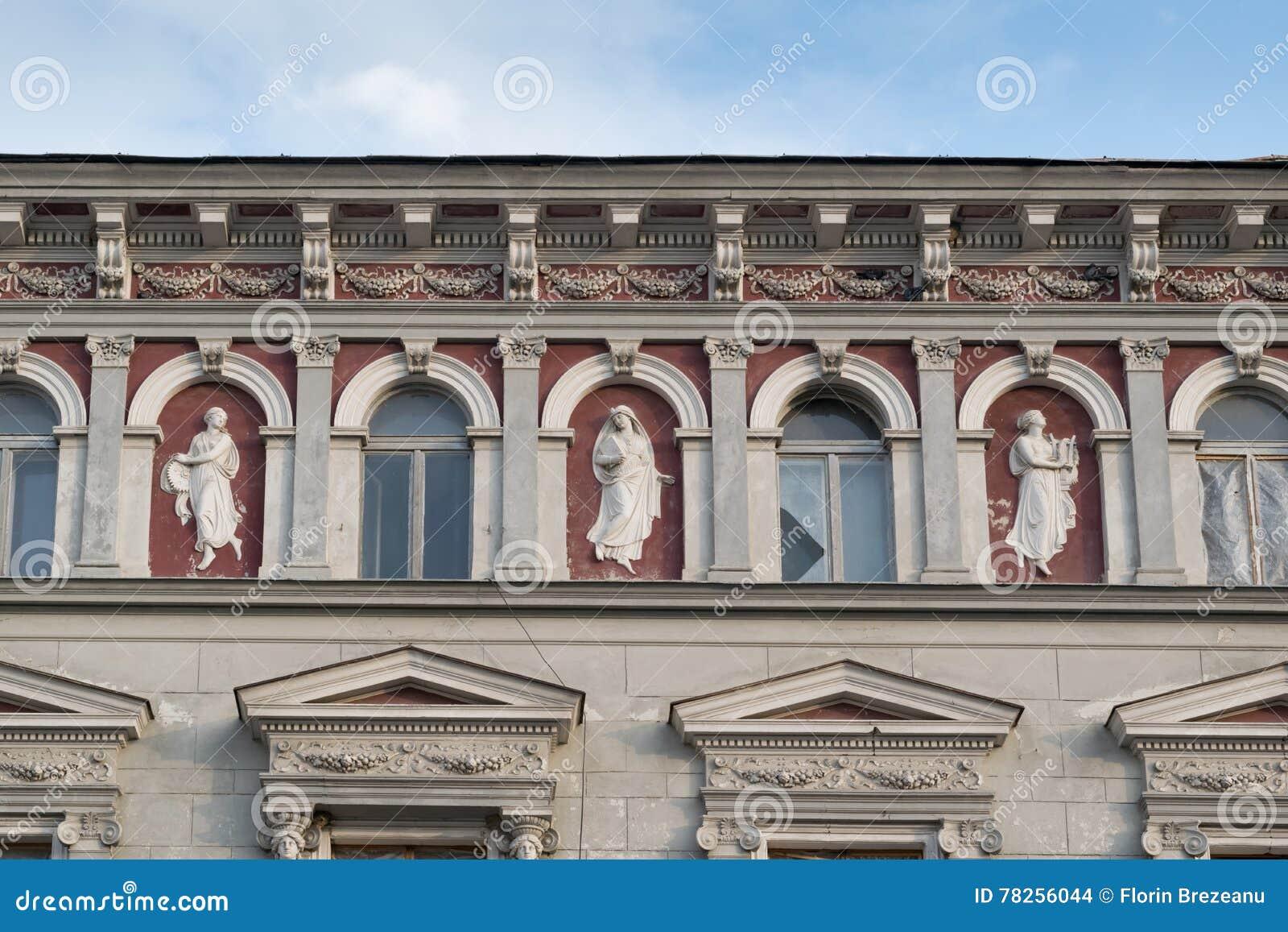 Άγαλμα - κλασικό αρχιτεκτονικό κτήριο ύφους σε Brasov, Ρουμανία, Τρανσυλβανία, Ευρώπη