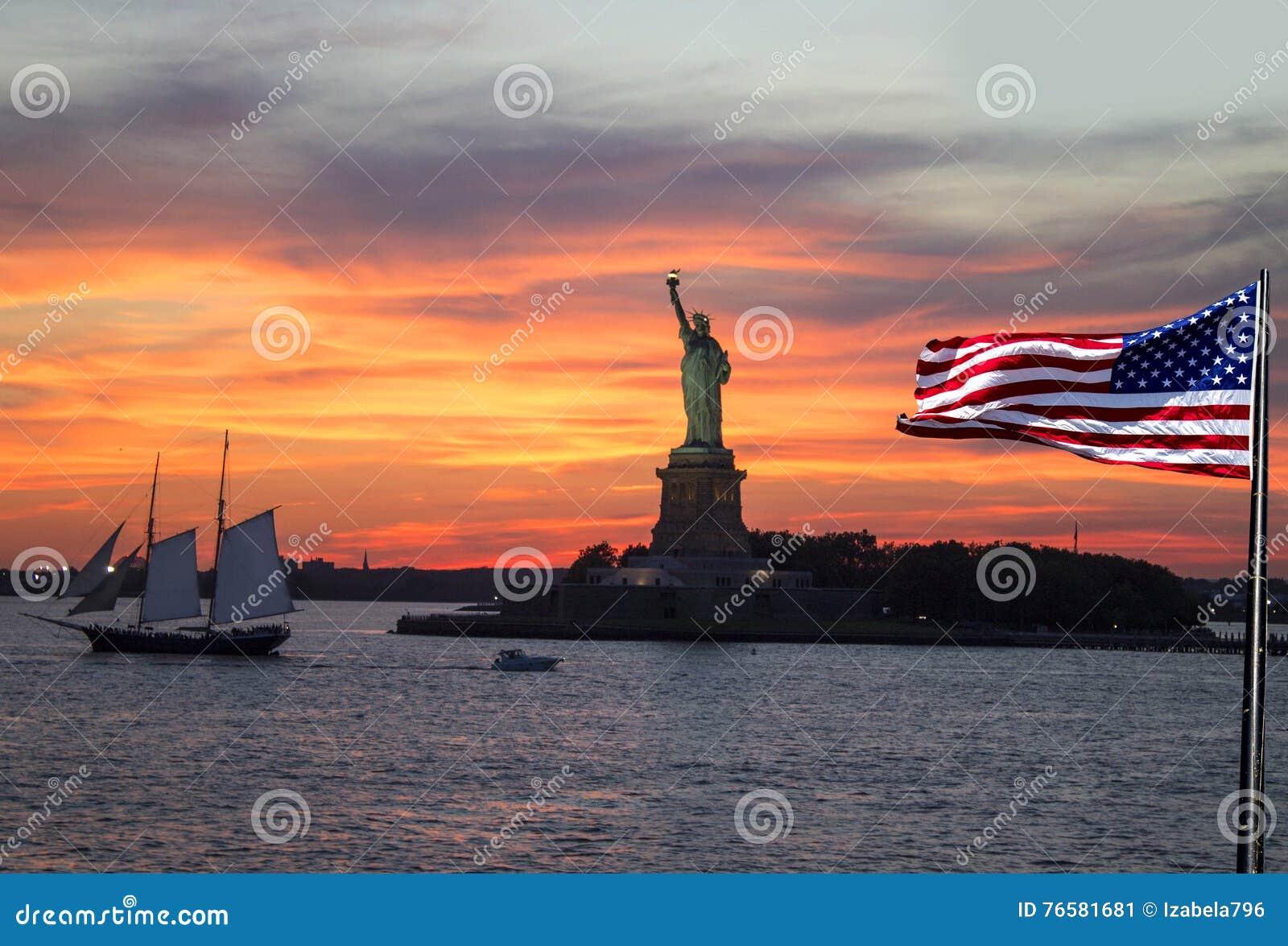 Άγαλμα της ελευθερίας, πόλη της Νέας Υόρκης στο ηλιοβασίλεμα