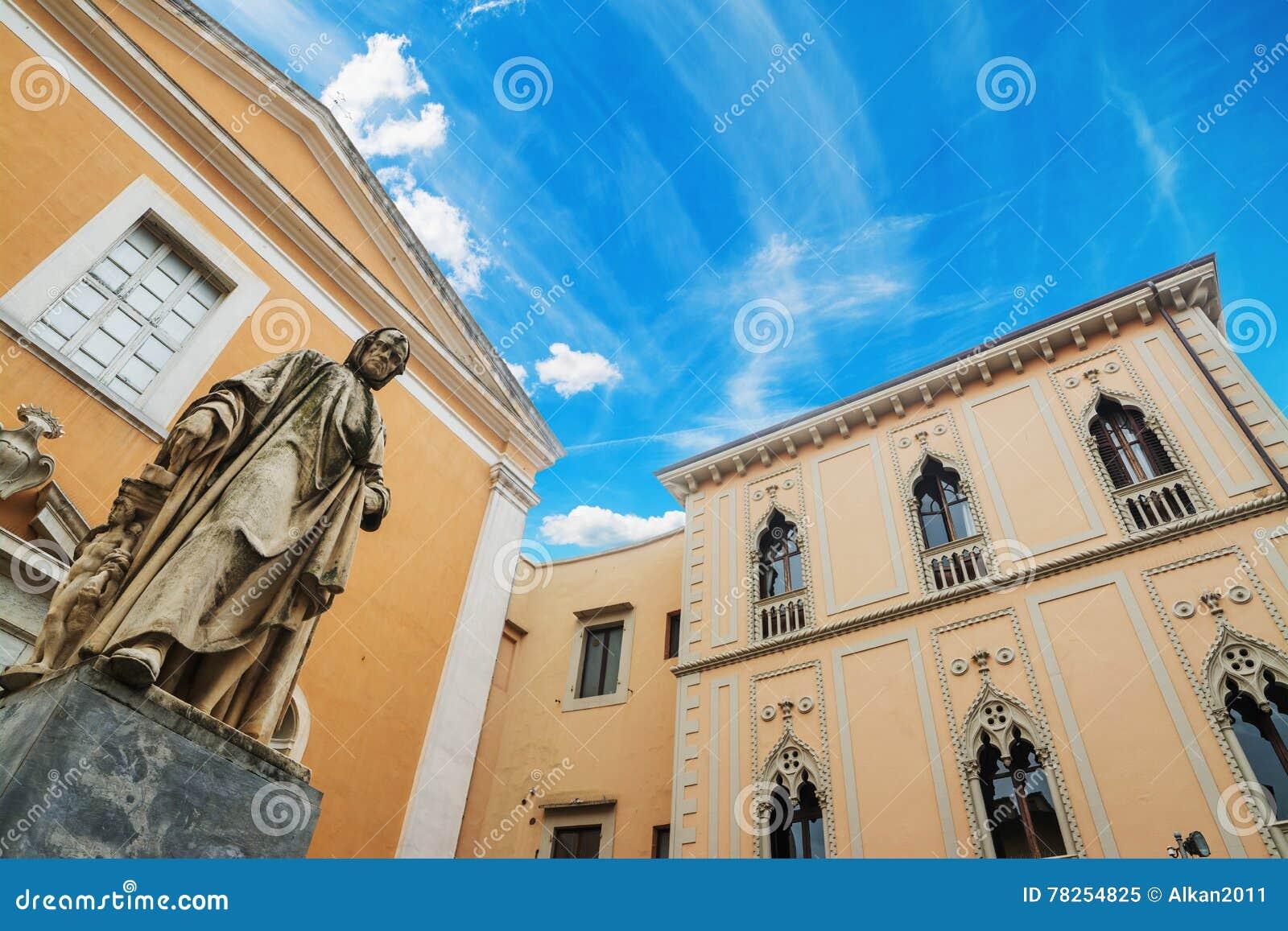 Άγαλμα της Nicola Pisano με την εκκλησία της Σάντα Μαρία del Carmine