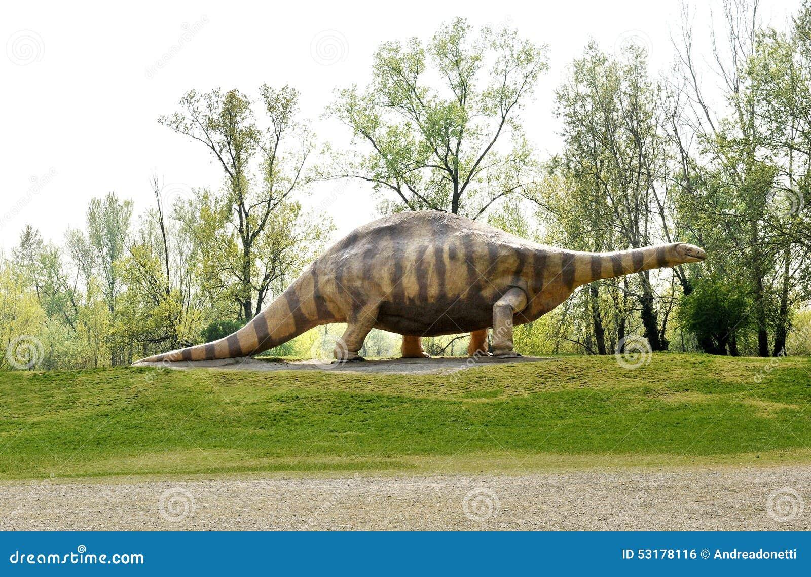 Άγαλμα του ζώου δεινοσαύρων Brontosaurus στο πάρκο