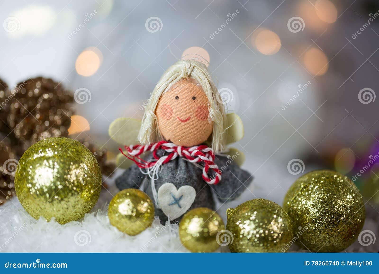 Άγγελος Χριστουγέννων στο χιόνι με τις σφαίρες χριστουγεννιάτικων δέντρων
