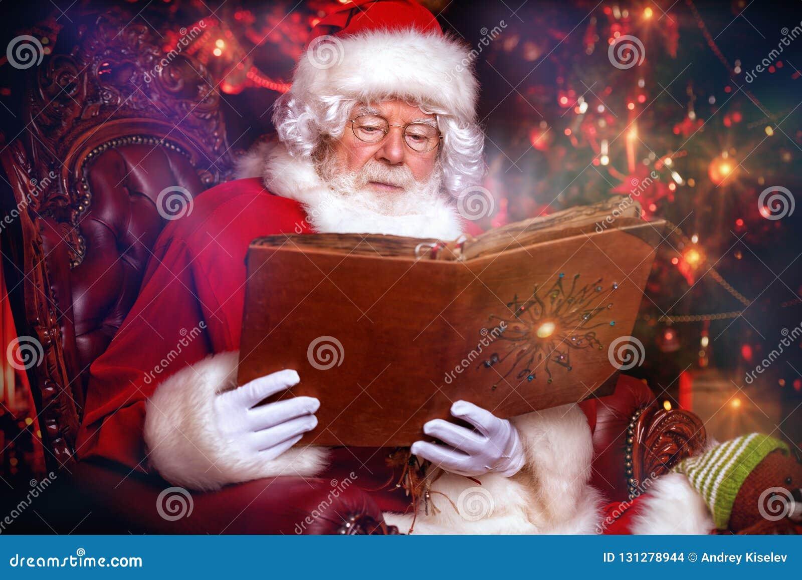 Άγιος Βασίλης με το λεύκωμα