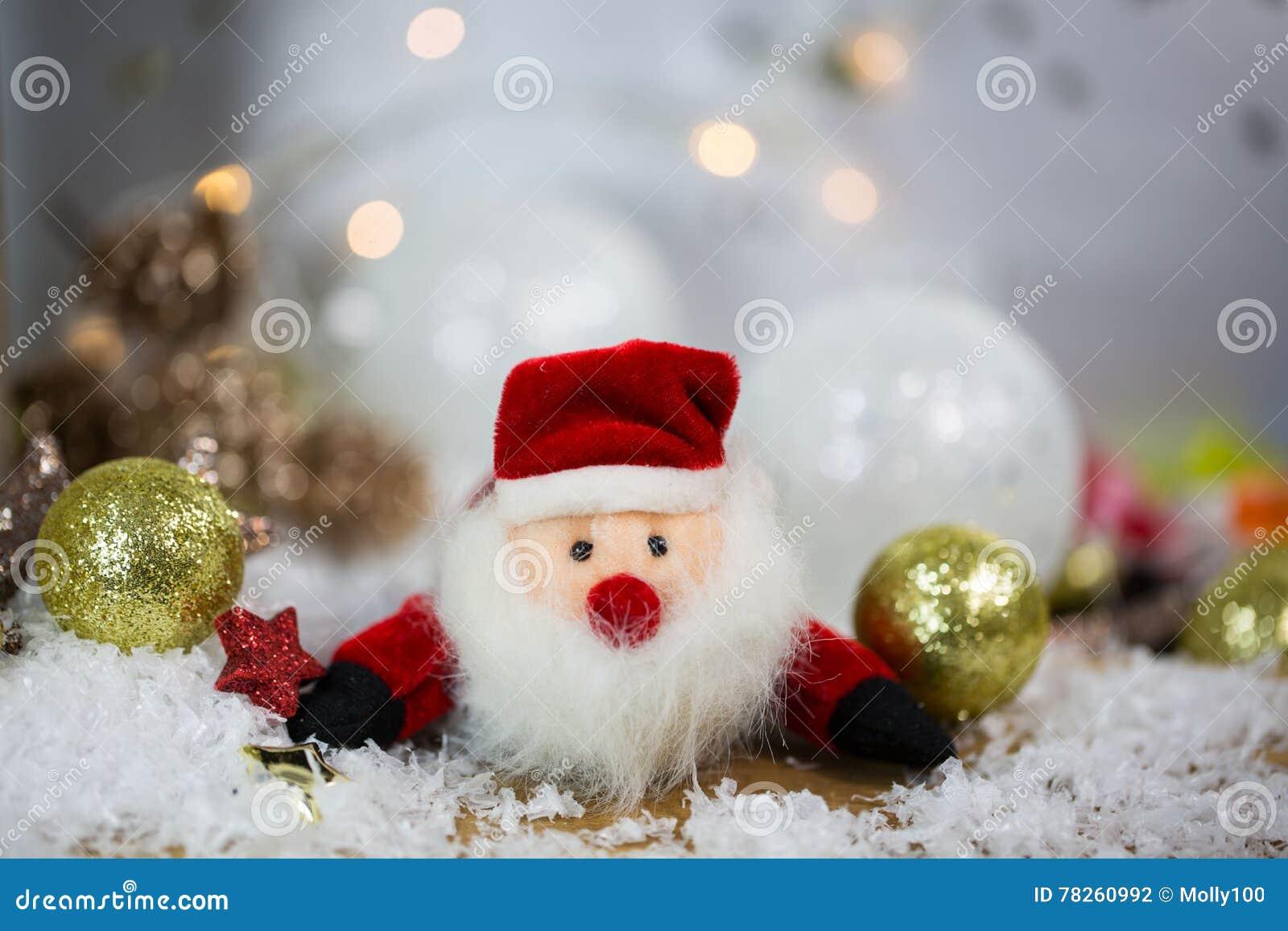Άγιος Βασίλης με τις σφαίρες και το χιόνι χριστουγεννιάτικων δέντρων