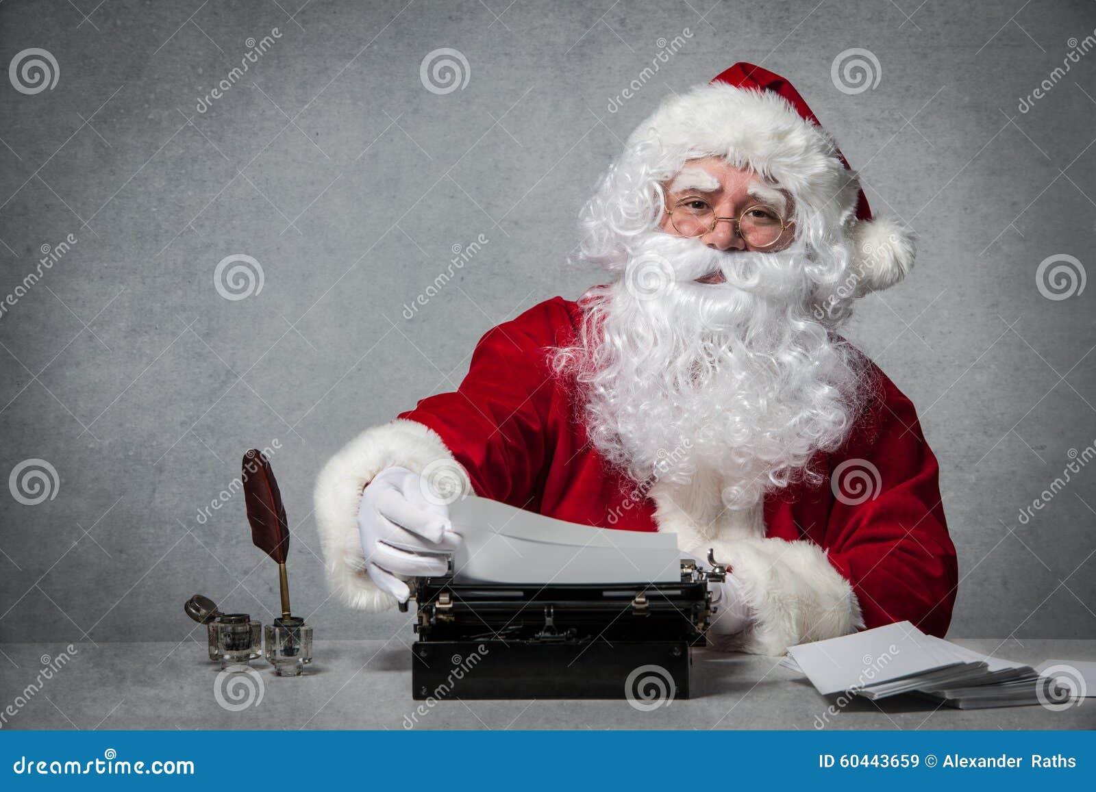 Άγιος Βασίλης που απαντά στην αλληλογραφία του