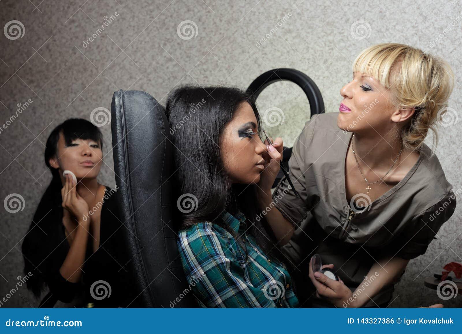 Άγιος-Πετρούπολη/Ρωσική Ομοσπονδία - 30 Νοεμβρίου 2012: Όμορφο πρότυπο κοριτσιών brunette