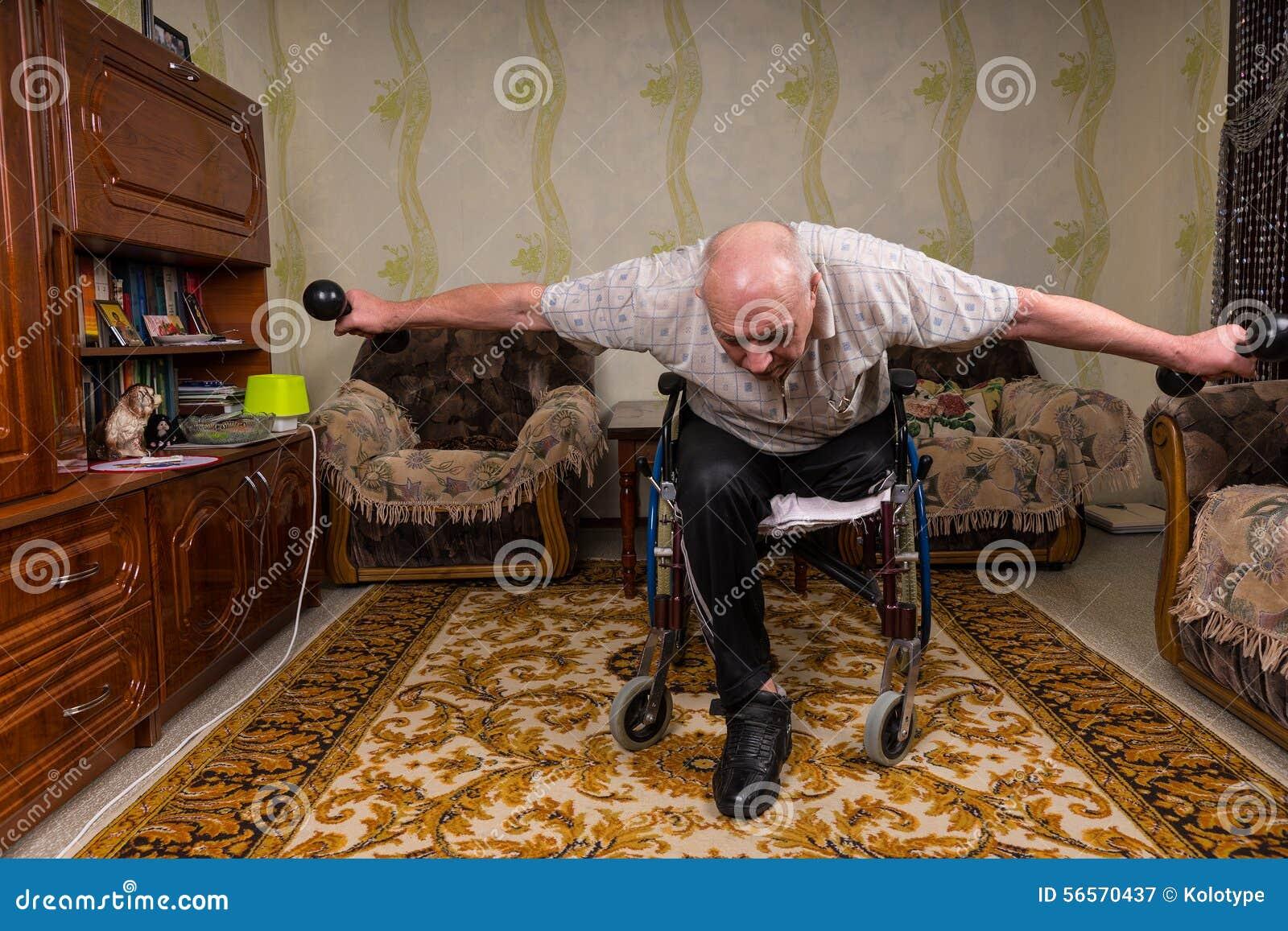 Download Άκυρος ηληκιωμένος που κλίνεται και που κάνει τις ασκήσεις Στοκ Εικόνα - εικόνα από βάρβων, και: 56570437