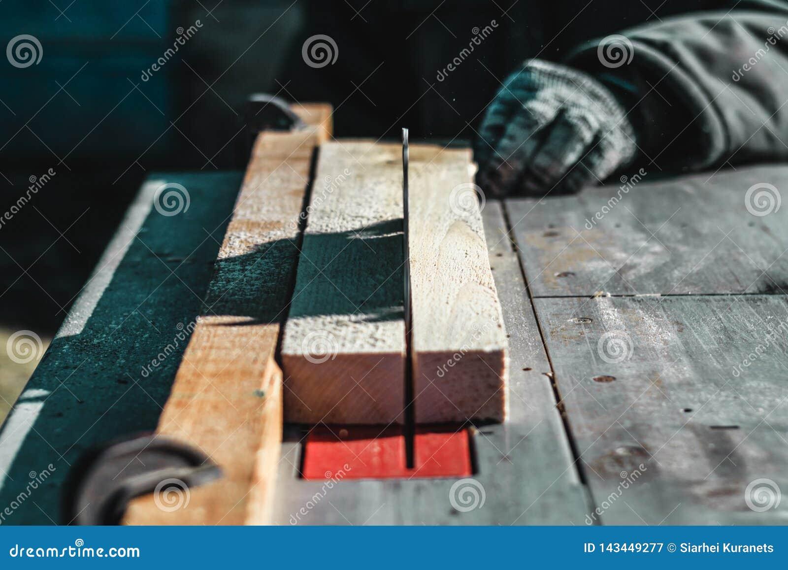 άμεσο λευκό πριονιών λεπίδων ανασκόπησης το αυτοκίνητο πριονίζει το ξύλο υπάρχει ένας πίνακας στο υπόβαθρο Λειτουργώντας χέρι