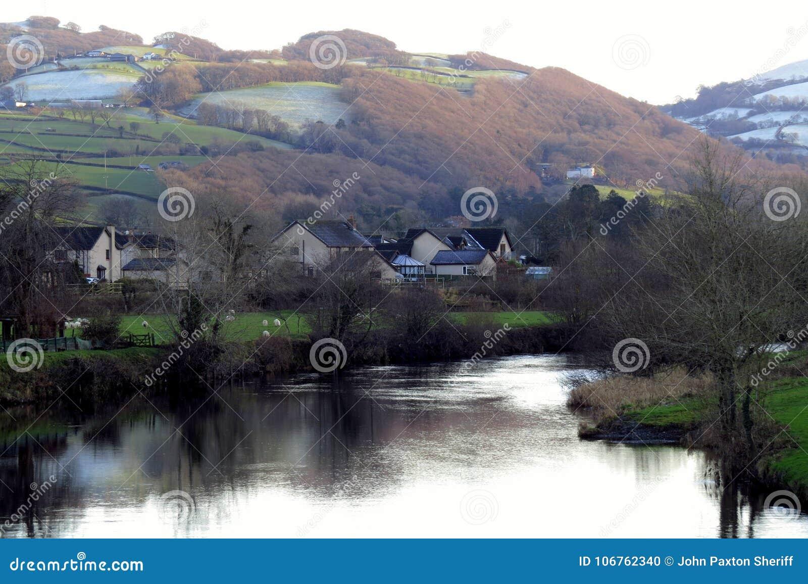 Άμλετ, όχθη ποταμού, κάτω από την πράσινη και παγωμένη βουνοπλαγιά