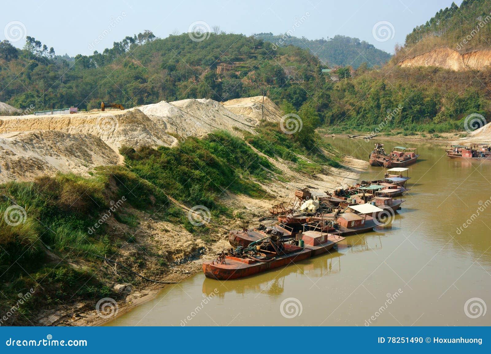 Άμμος βαρκών expoit στον ποταμό