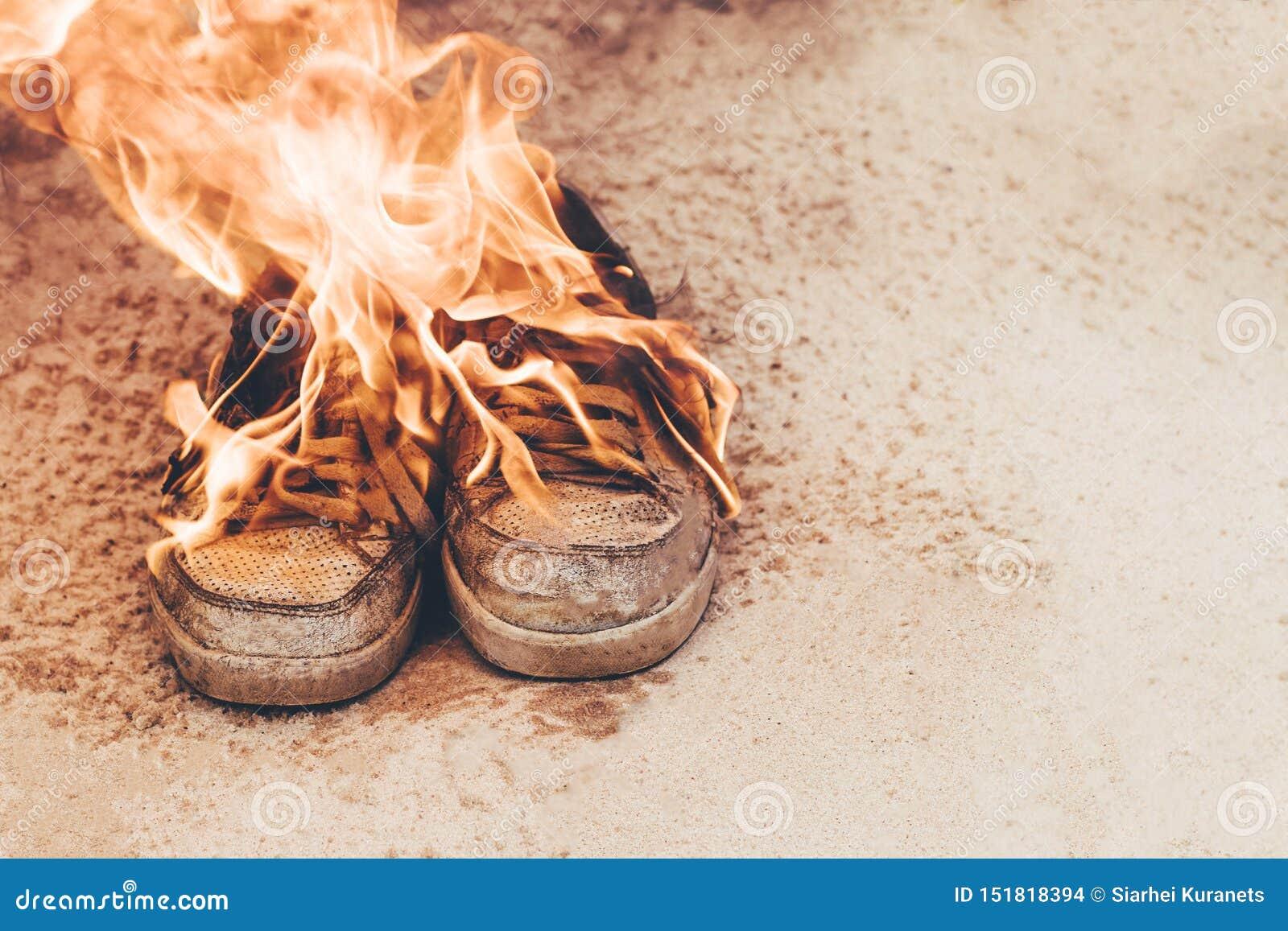 άμμος παραλιών Τα πάνινα παπούτσια είναι πολύ παλαιά, καίγοντας κάτω από ανοίξτε πυρ έννοια it& x27 χρόνος του s να αγοραστεί ένα
