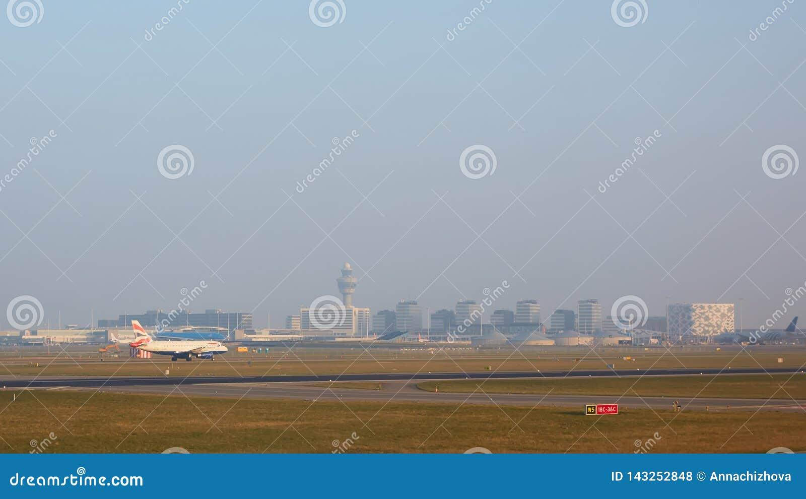 Άμστερνταμ, Κάτω Χώρες - 11 Μαρτίου 2016: Αερολιμένας Schiphol του Άμστερνταμ στις Κάτω Χώρες Το cAms είναι ο ολλανδικός κεντρικό