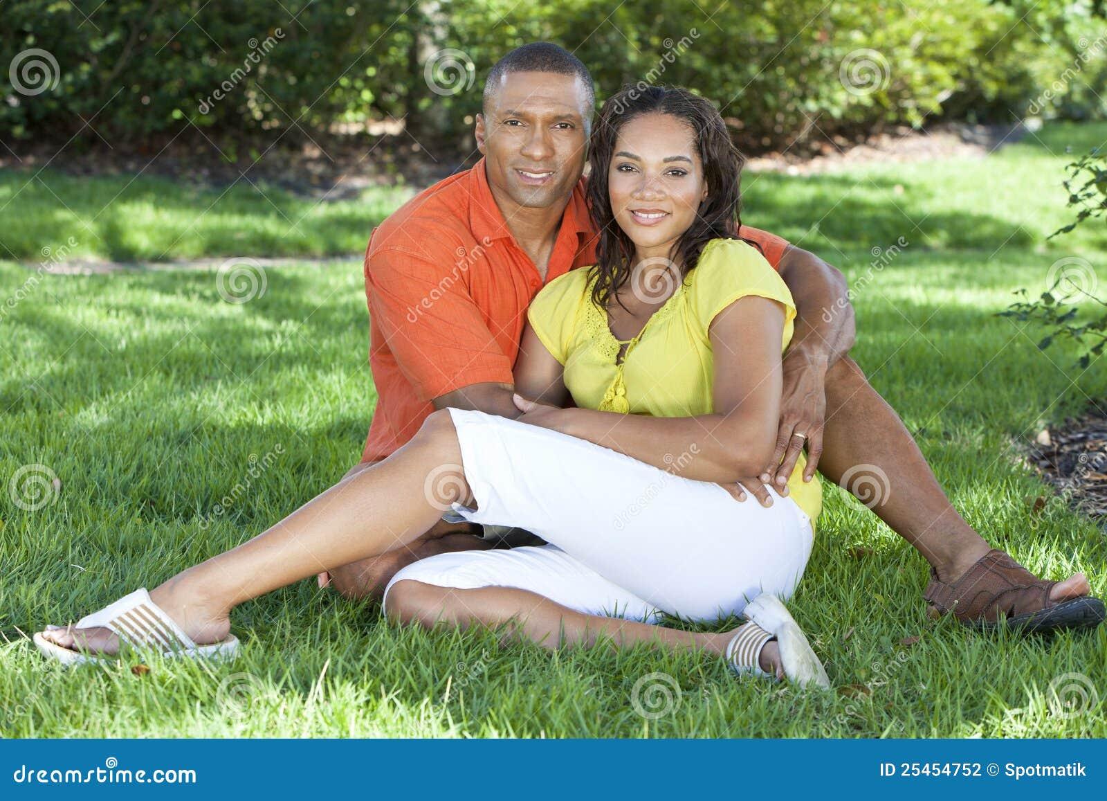 άνδρας ζευγών αφροαμερικάνων έξω από τη γυναίκα