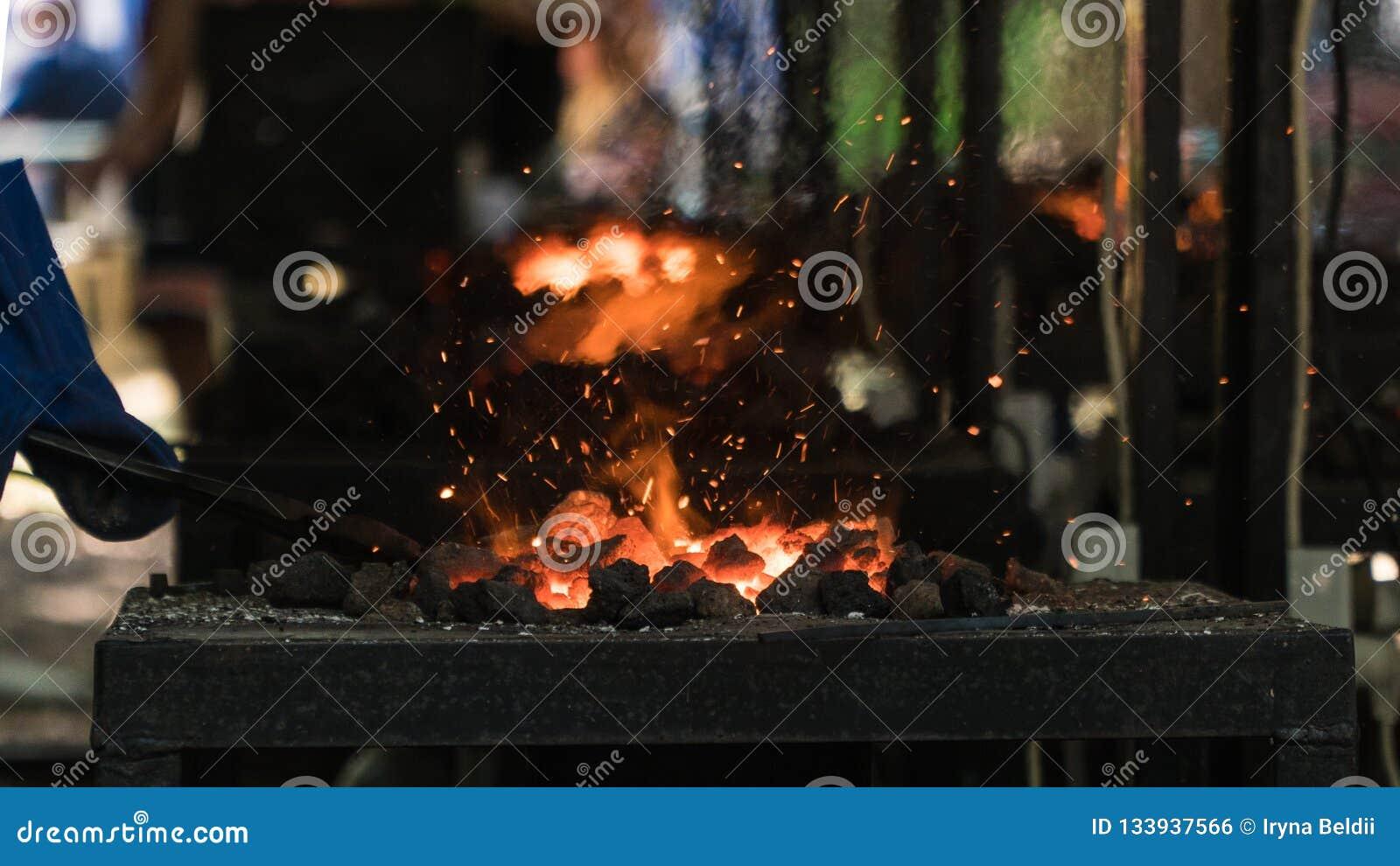 άνθρακες Λειώνοντας σίδηρος η πυρκαγιά στο φούρνο
