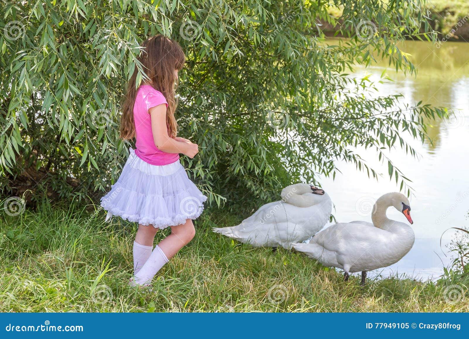 παιδιά με ένα μεγάλο πουλί