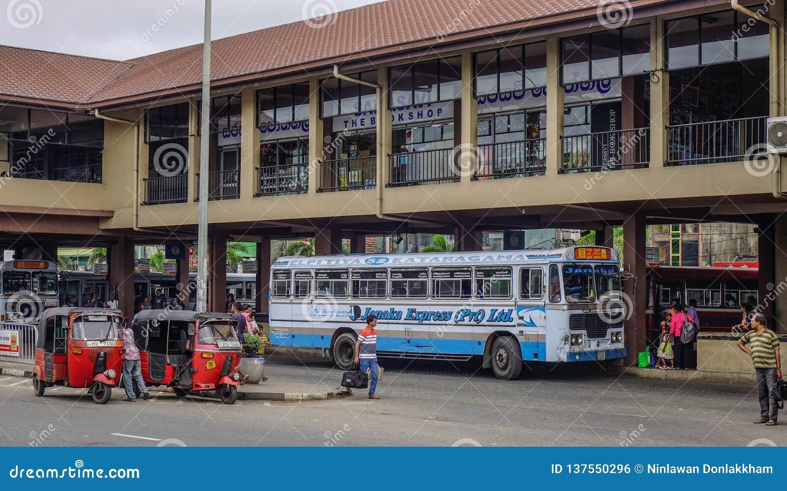Άνθρωποι και οχήματα στην κύρια στάση λεωφορείου