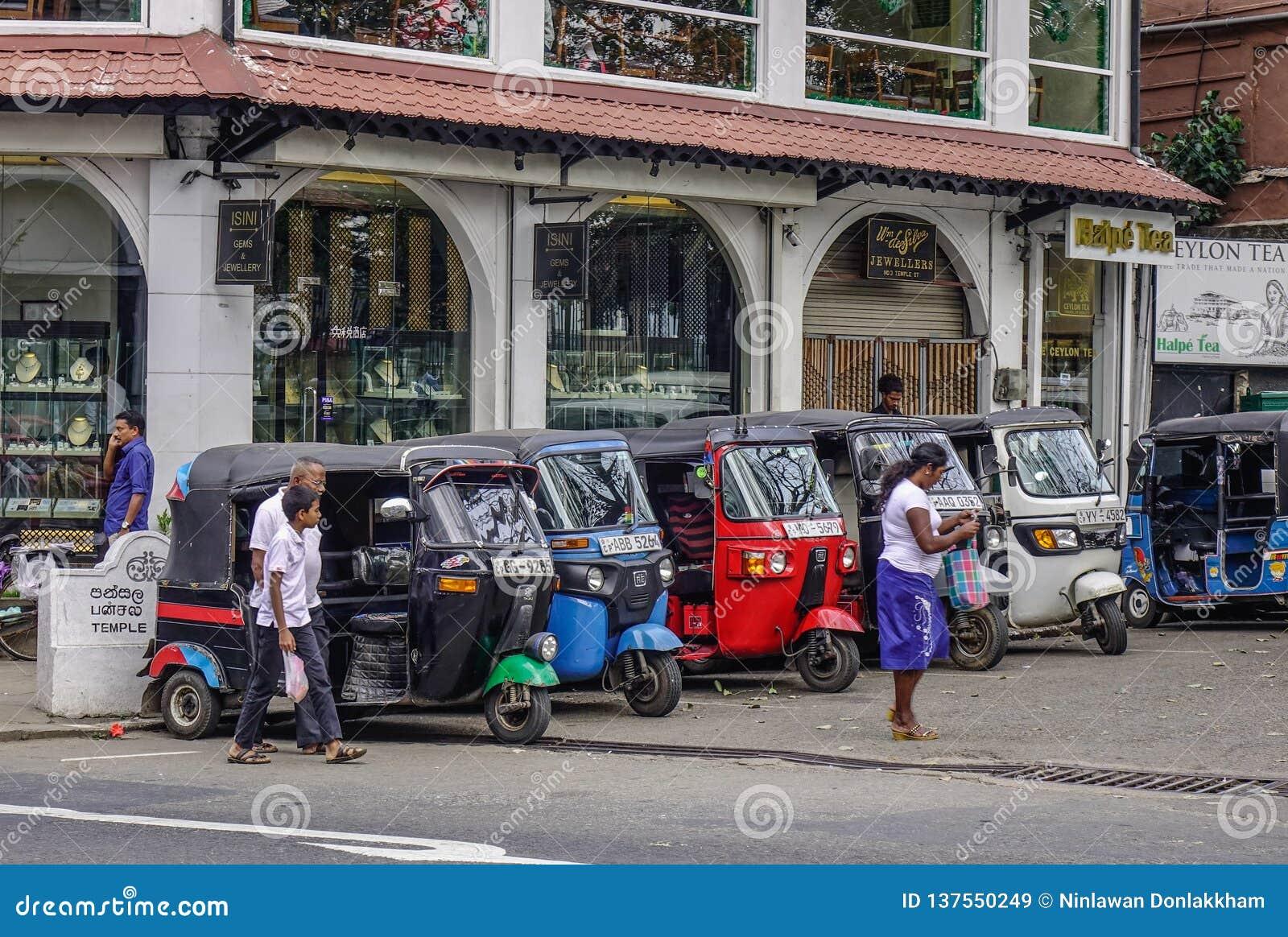 Άνθρωποι και tuk tuk taxis στην οδό