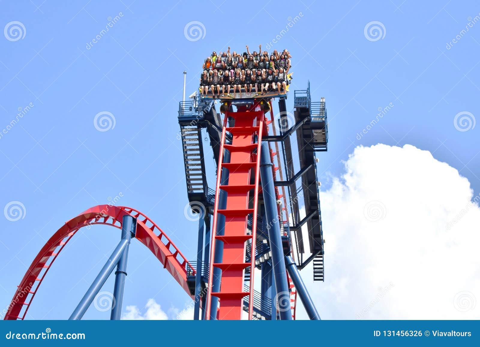 Άνθρωποι που έχουν ακραίο Rollercoaster Sheikra διασκέδασης στους κήπους Tampa Bay του Μπους