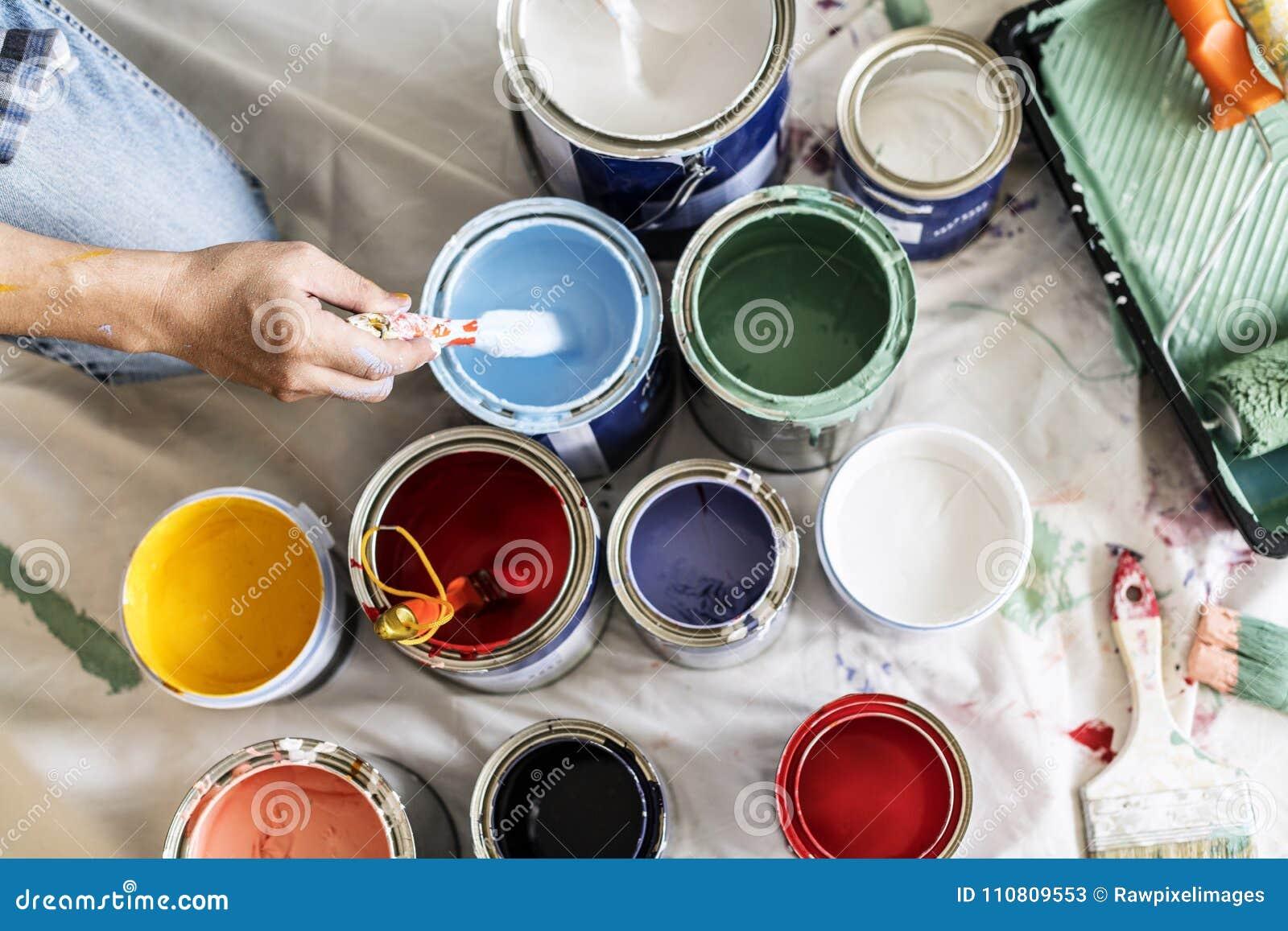 Άνθρωποι που ανακαινίζουν τα χρώματα χρωμάτων σπιτιών