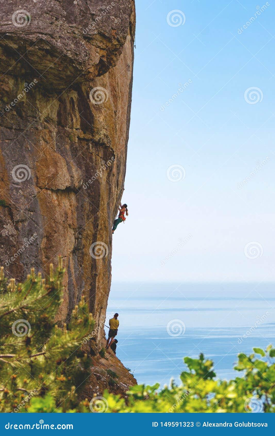 Άνθρωποι που αναρριχούνται στο βουνό βράχου