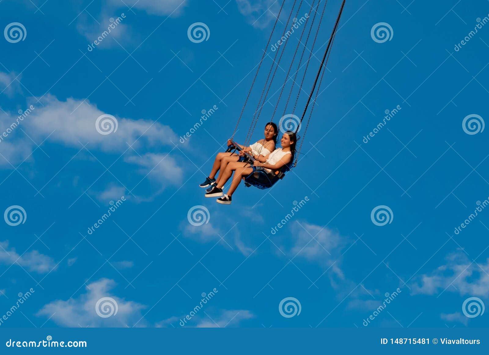 """Άνθρωποι που απολαμβάνουν το ιπτάμενο αστεριών του Ορλάντο Είναι ο πιό ψηλός γύρος ταλάντευσης """"world's που στέκεται σε 450 π"""